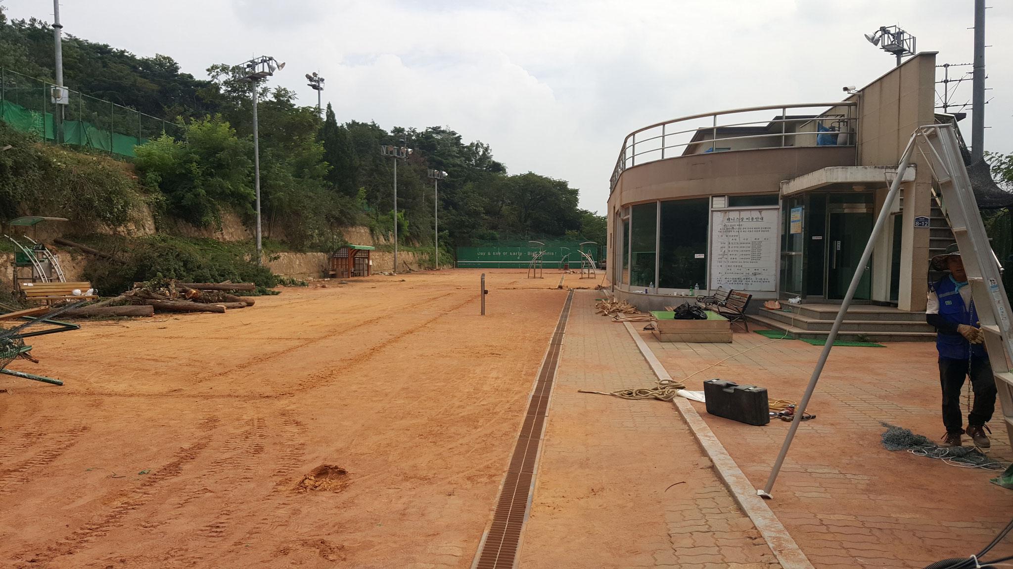2016年8月中旬から始まった漢南テニスコート(7~10番コート)のオムニ化工事: 開始!!