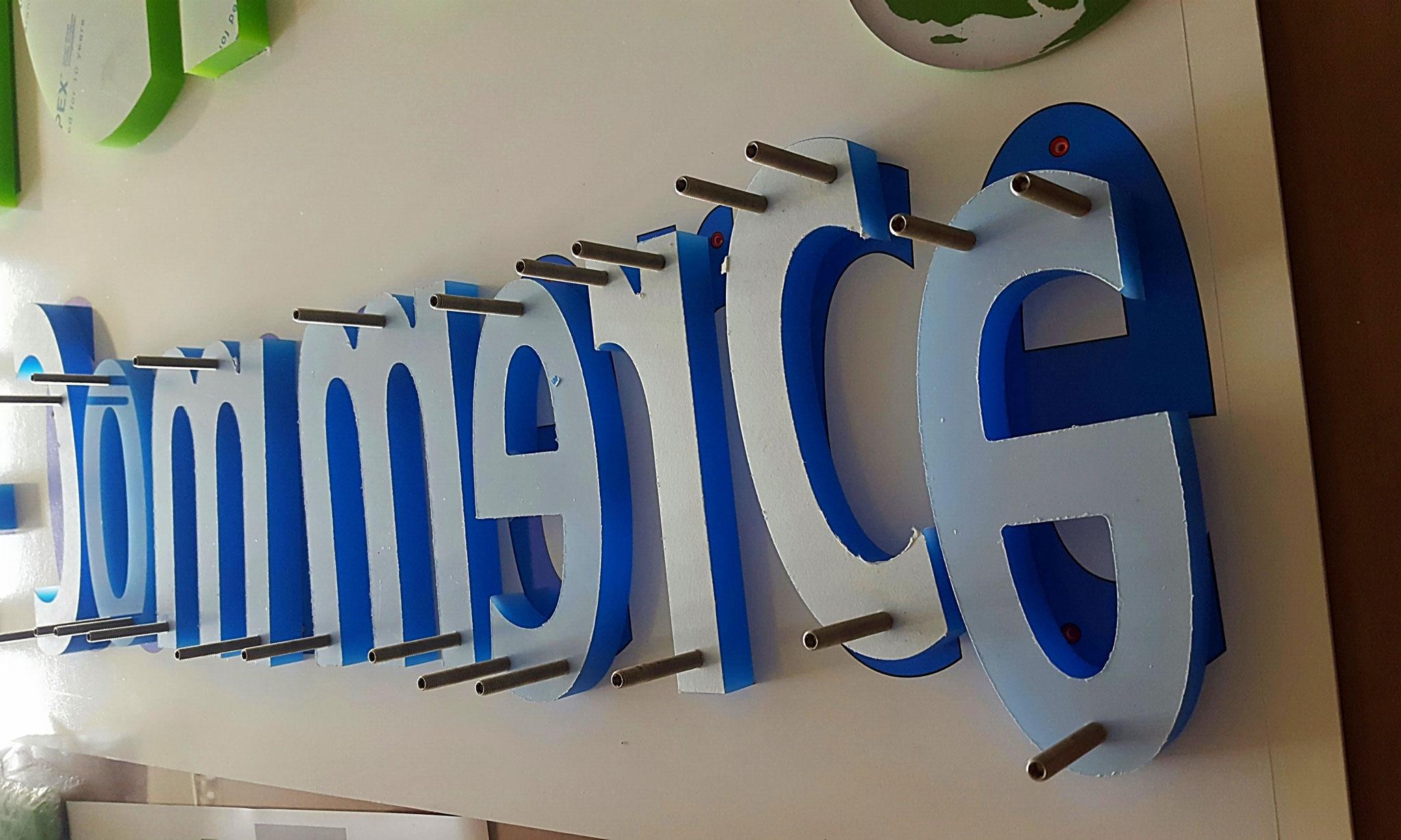 Acrylbuchstaben Konfektion mit Distanzbolzen