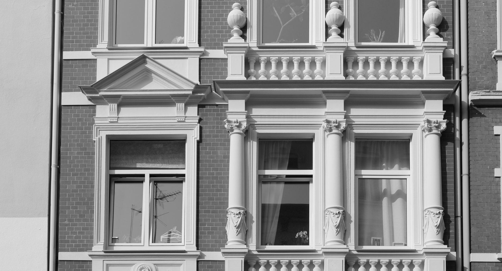 Detail einer Stuckrestaurierung mit KEIM Granital-Fassadenfarbe