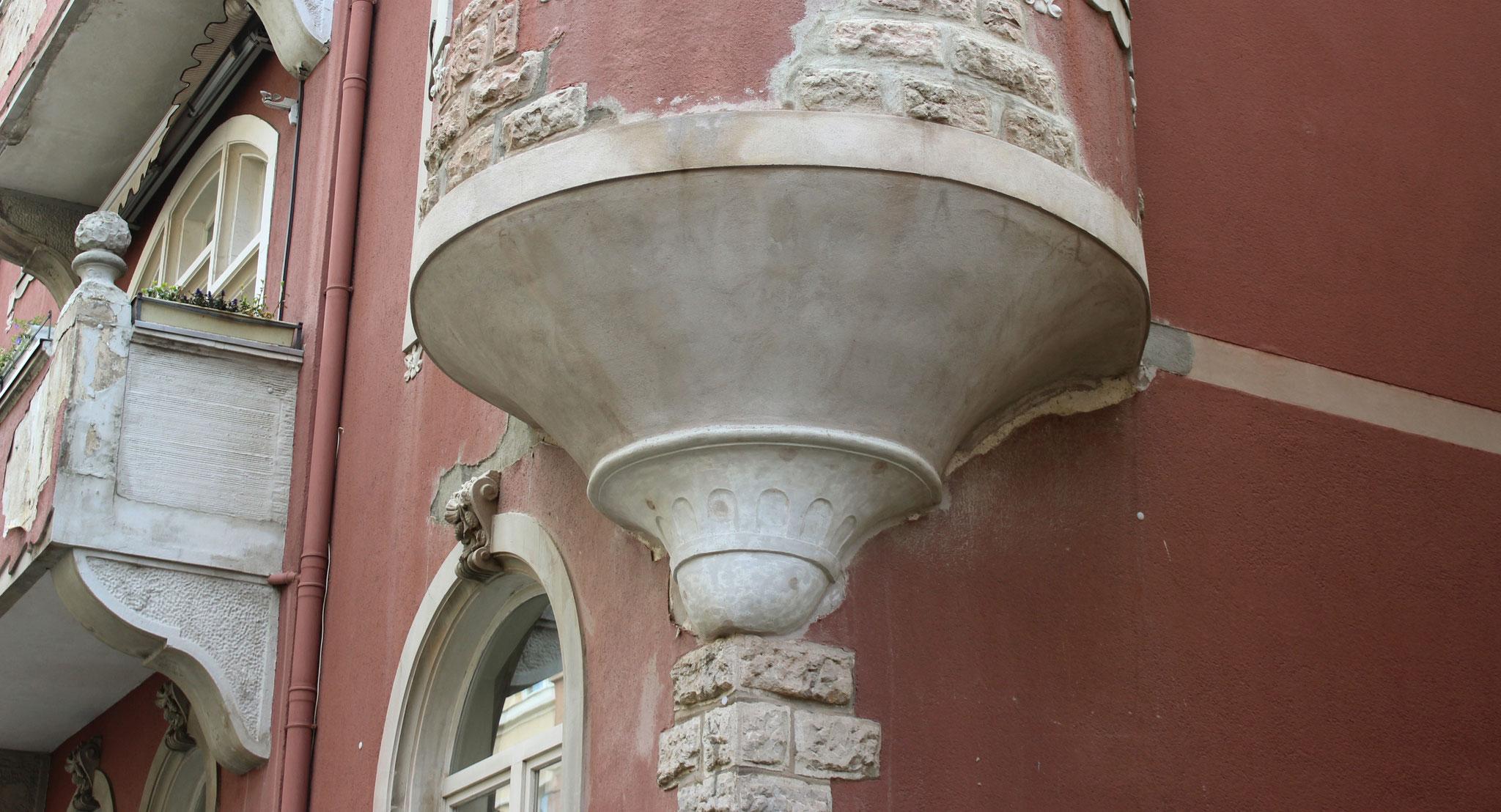 Erkerunterseite in Romanzement, rund verzogen auf Putzträgern