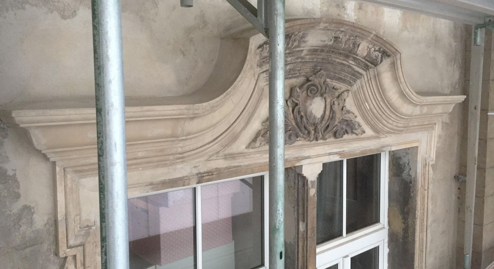 Geschweifte Fensterverdachung nach Rekonstruktion in Ronamzement