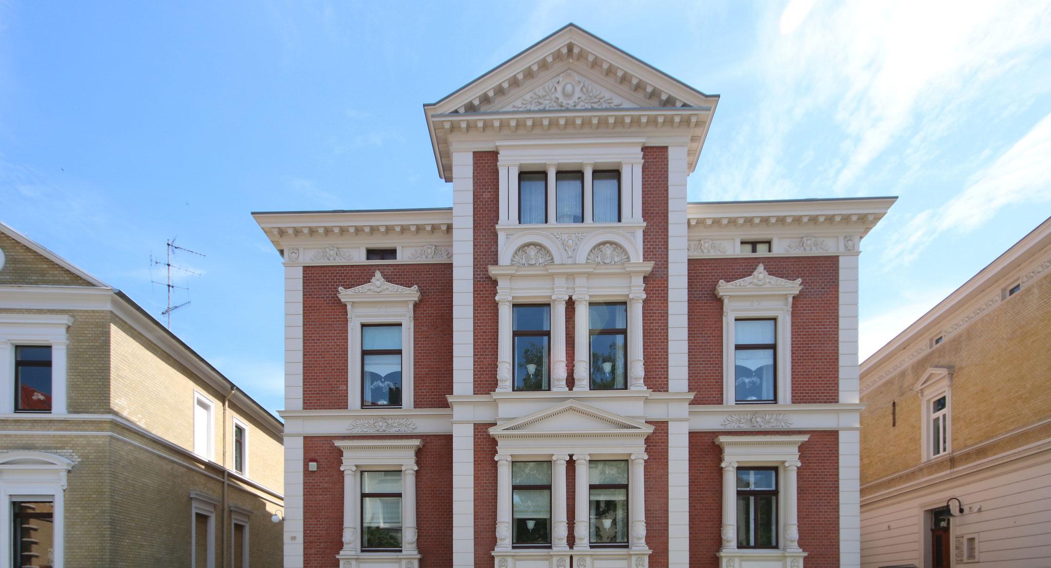 Restaurierte klassizistische Stuck-, Säulen- und Klinkerfassade mit KEIM Granital-System