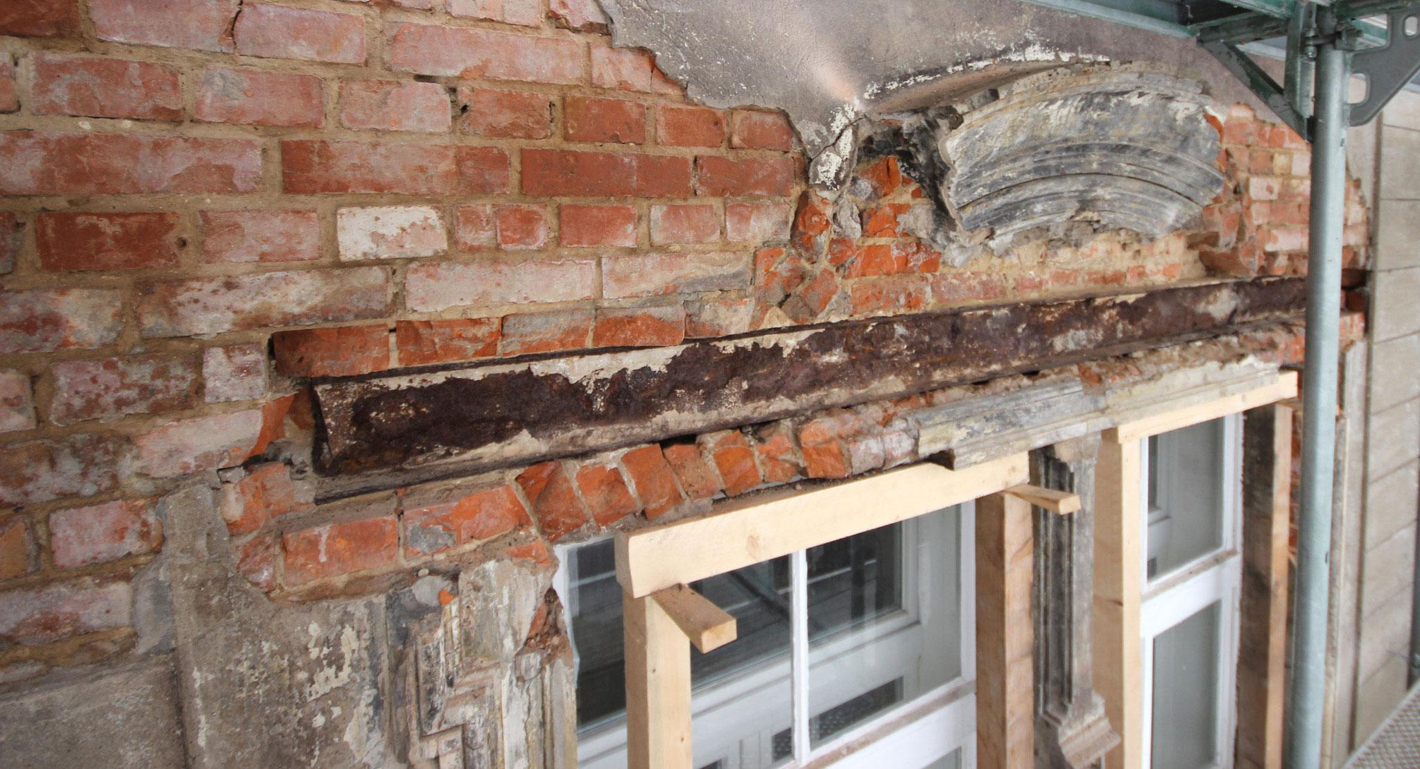 Geschweifte Fensterverdachung vor der Rekonstruktion