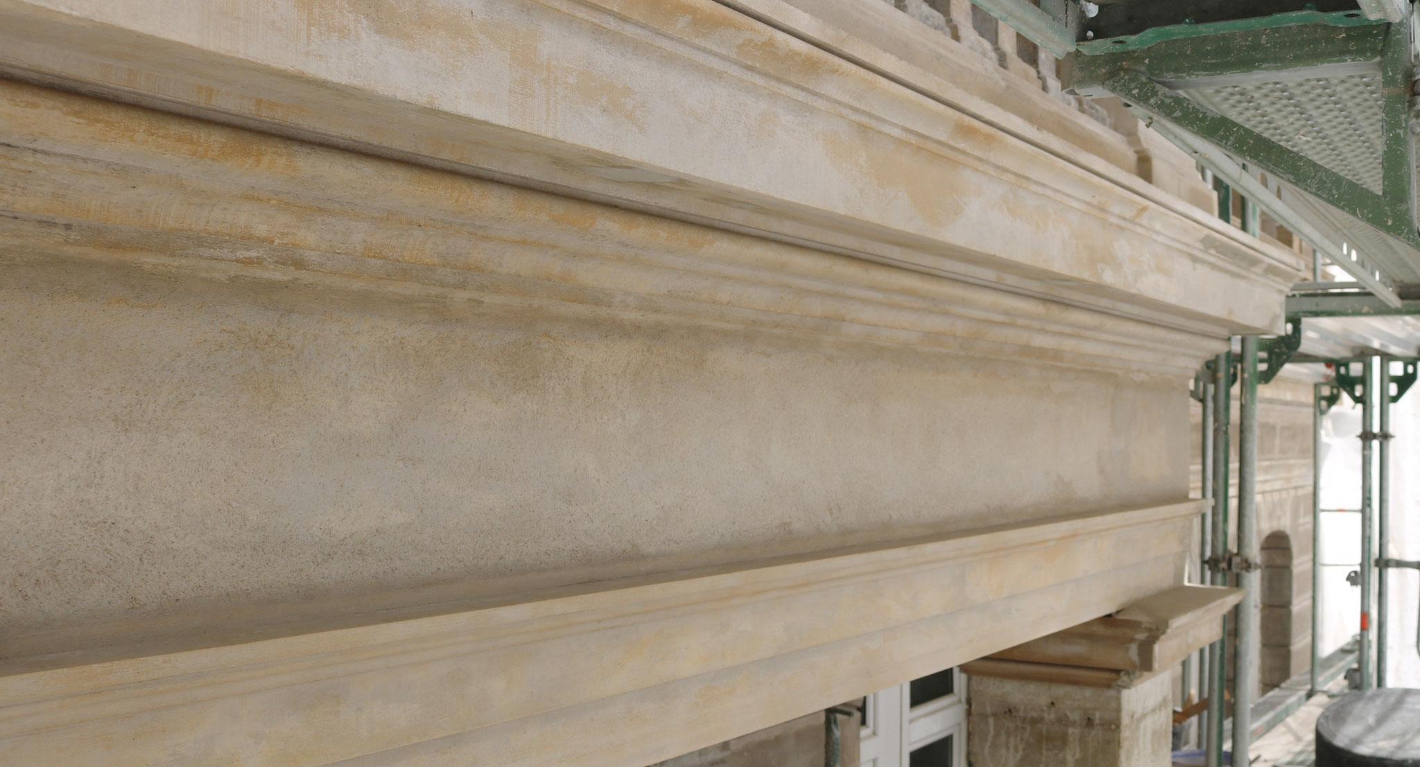 Gezogenes Architrav- und Gurtgesims inkl. Friesputz in Romanzementmörtel