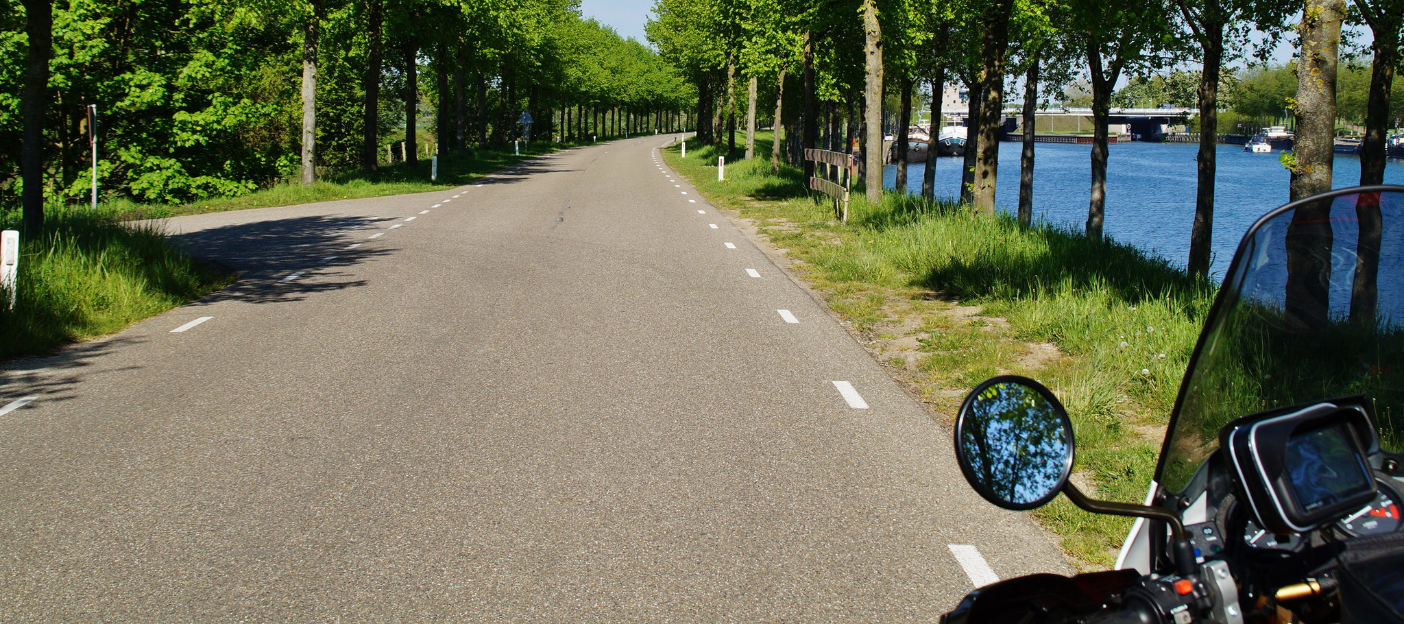 Straße am Kanal entlang
