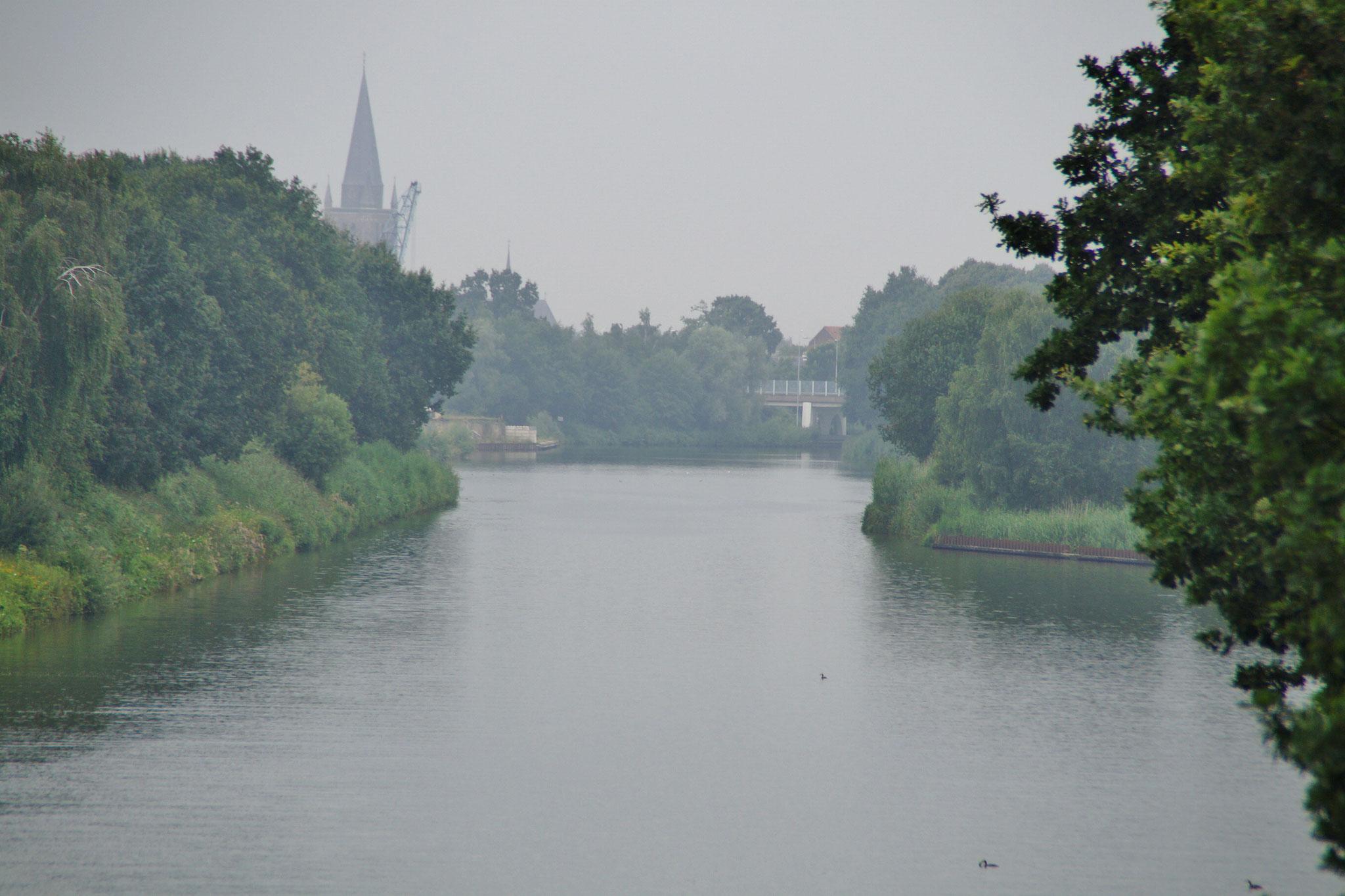 Im Hintergrund die Kirche von Nederweert