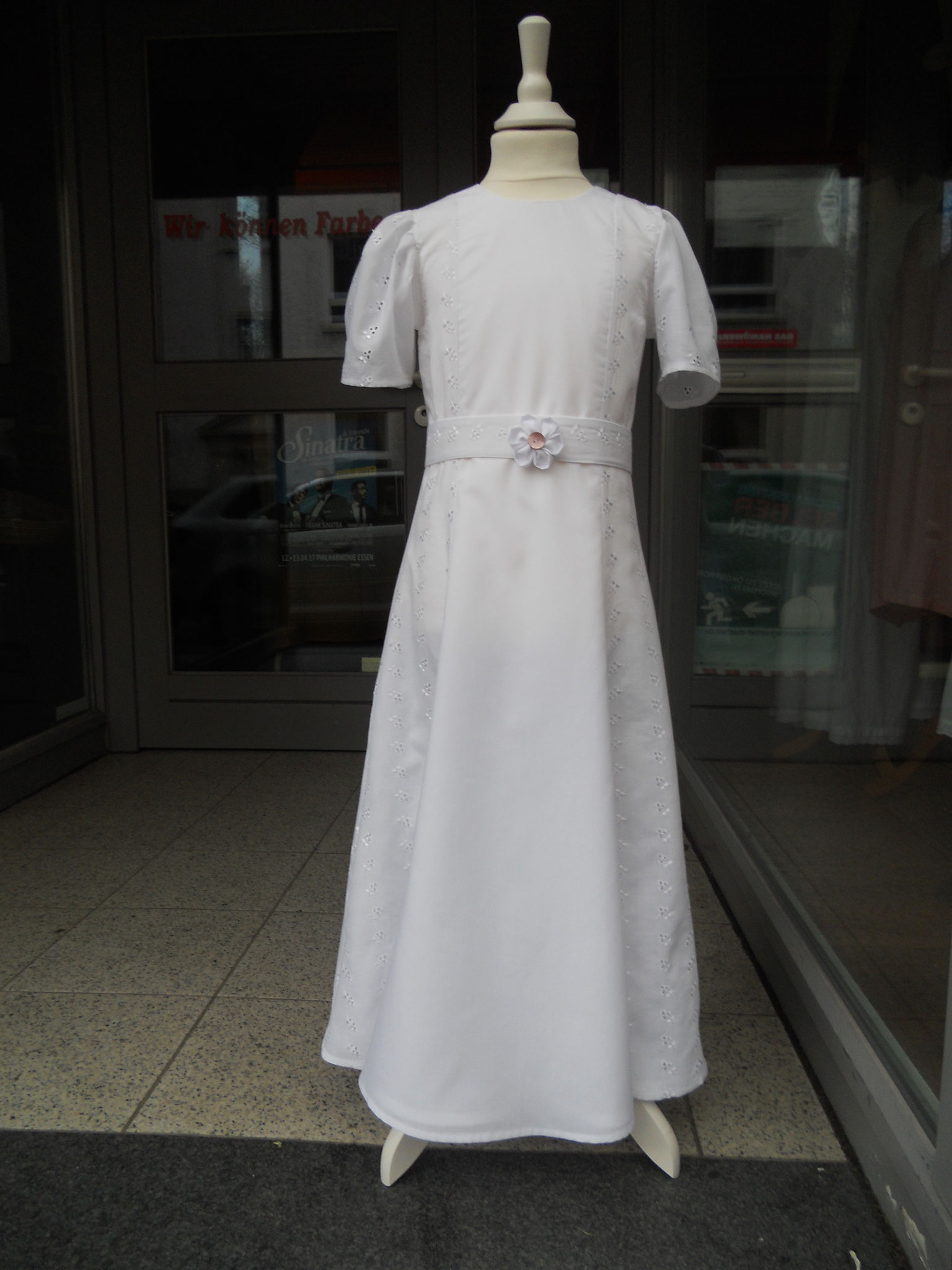 festliches Kleid, Kommunionkleid, Gr. 122, feiner Baumwollbatist und Baumwolle mit Lochstickerei, gefüttert, Einzelstück, 98 €