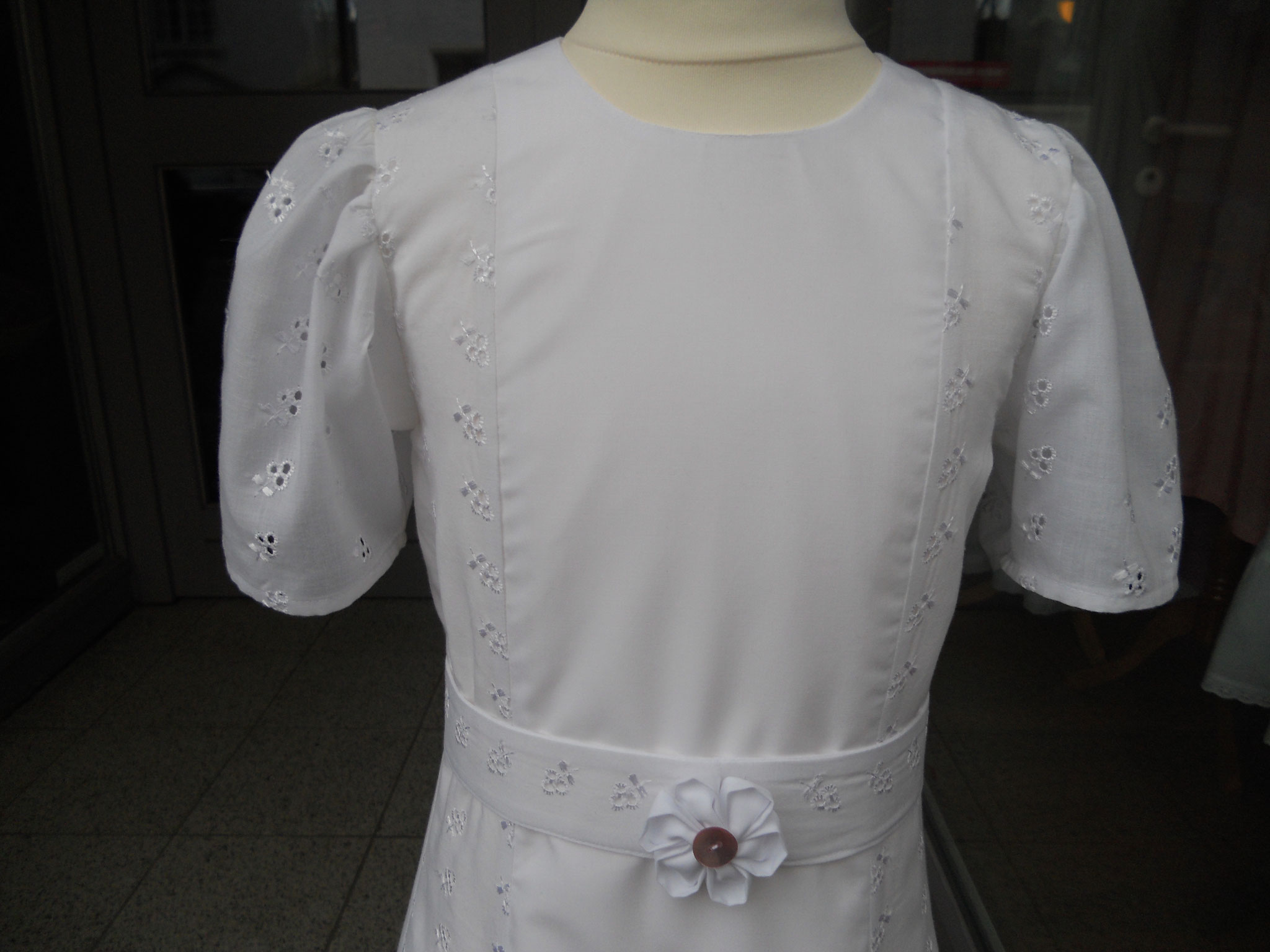 festliches Kleid, Kommunionkleid, Gr. 122, Gürtel in der Mitte versteift, Blume abnehmbar, 98 €