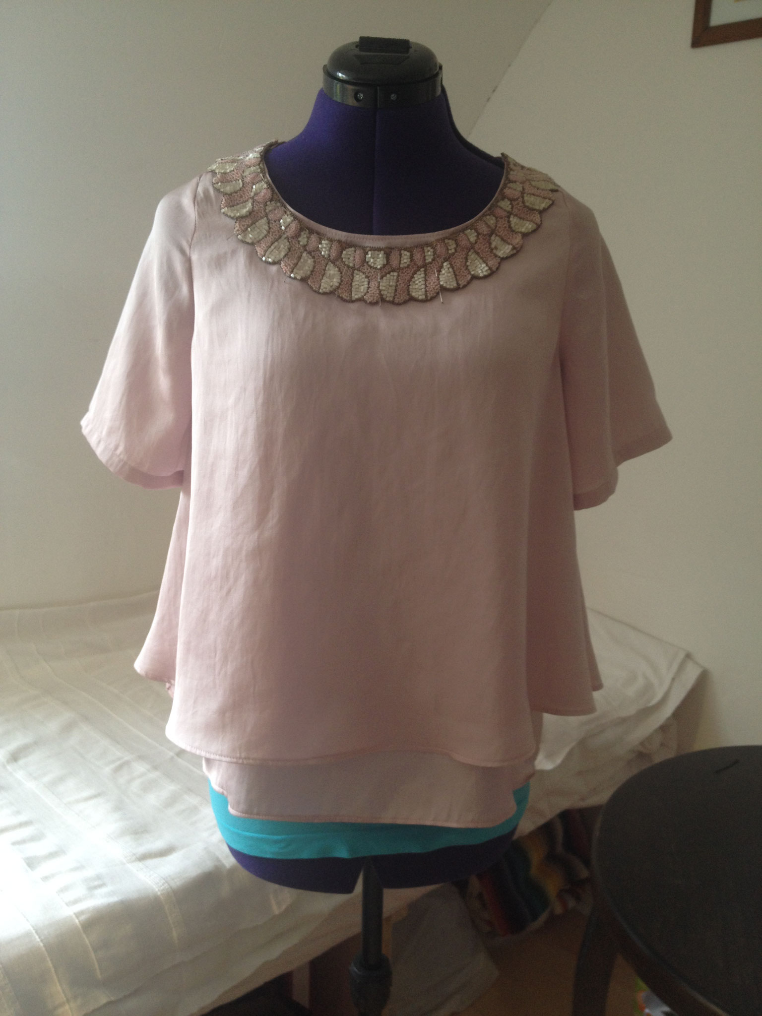 Bluse mit antiker Perlenapplikation