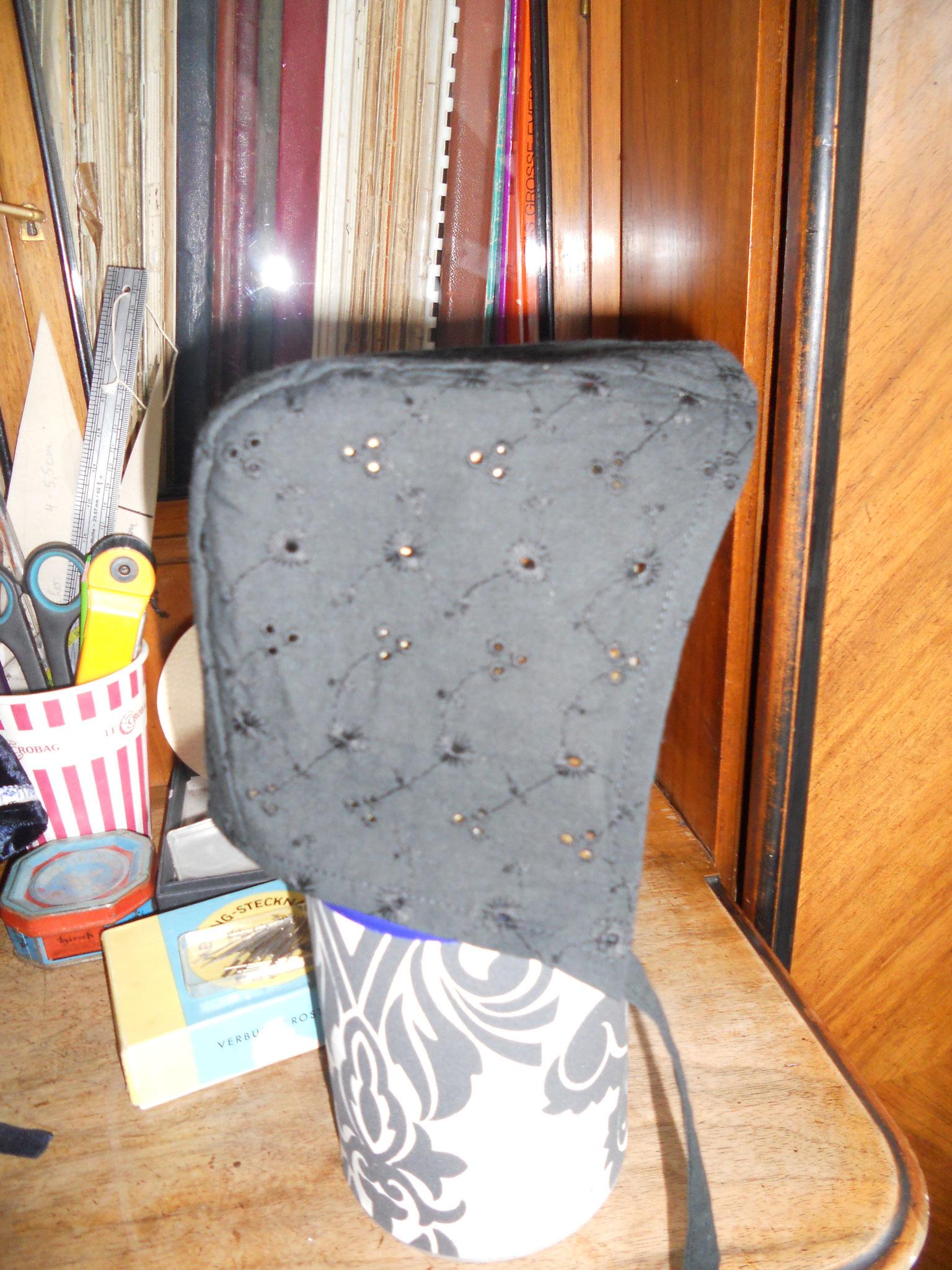 Bundhaube Gr. 104, Baumwolle schwarz Lochstickerei, 10€