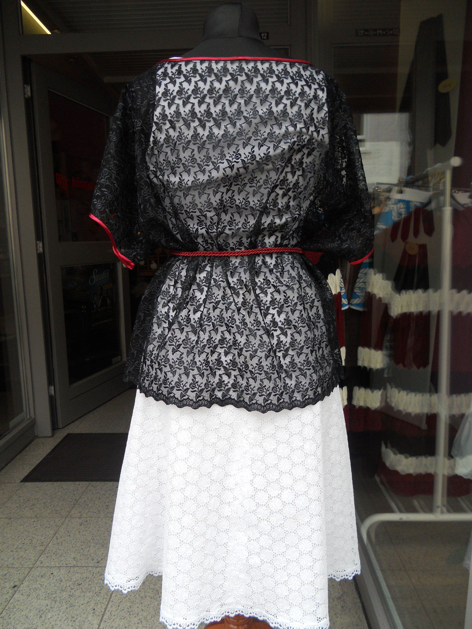Bluse mit angeschnittenen Ärmeln, Gr. 40 bis 44, Synthetik/ Viskose-Spitze, 30€