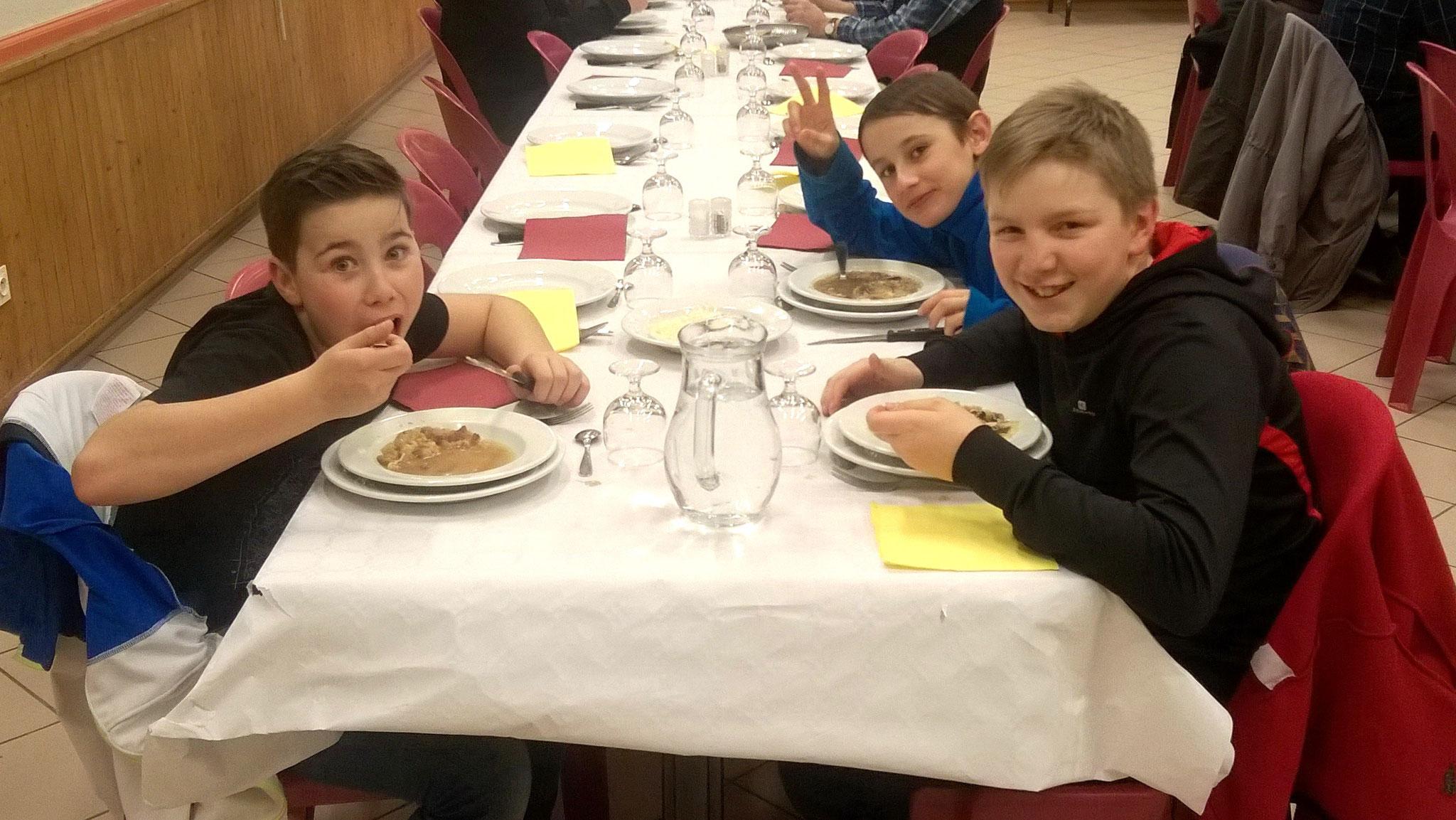"""Repas de la Saint Vincent, édition 2018, les jeunes convives  à l'attaque de la gratinée -- photo """"Babeth"""""""