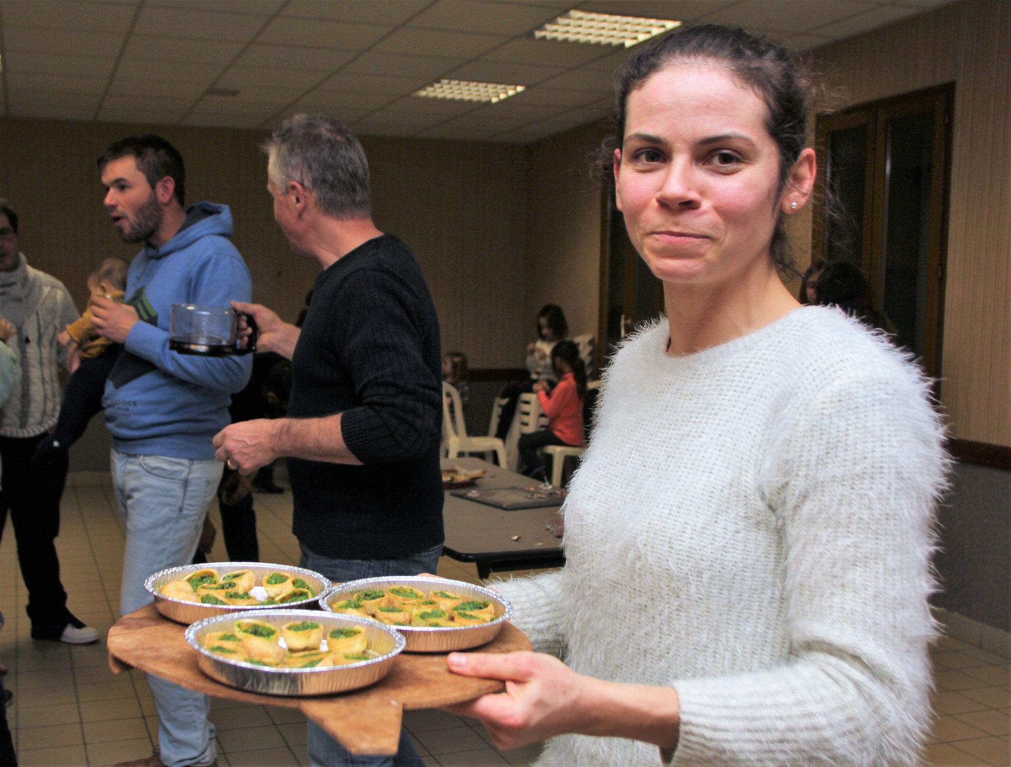 """Marion présente ses escargots (de sa propre production) lors de la fête de fin d'année 2018 à Poncieux ---                       photo """"Juve"""""""