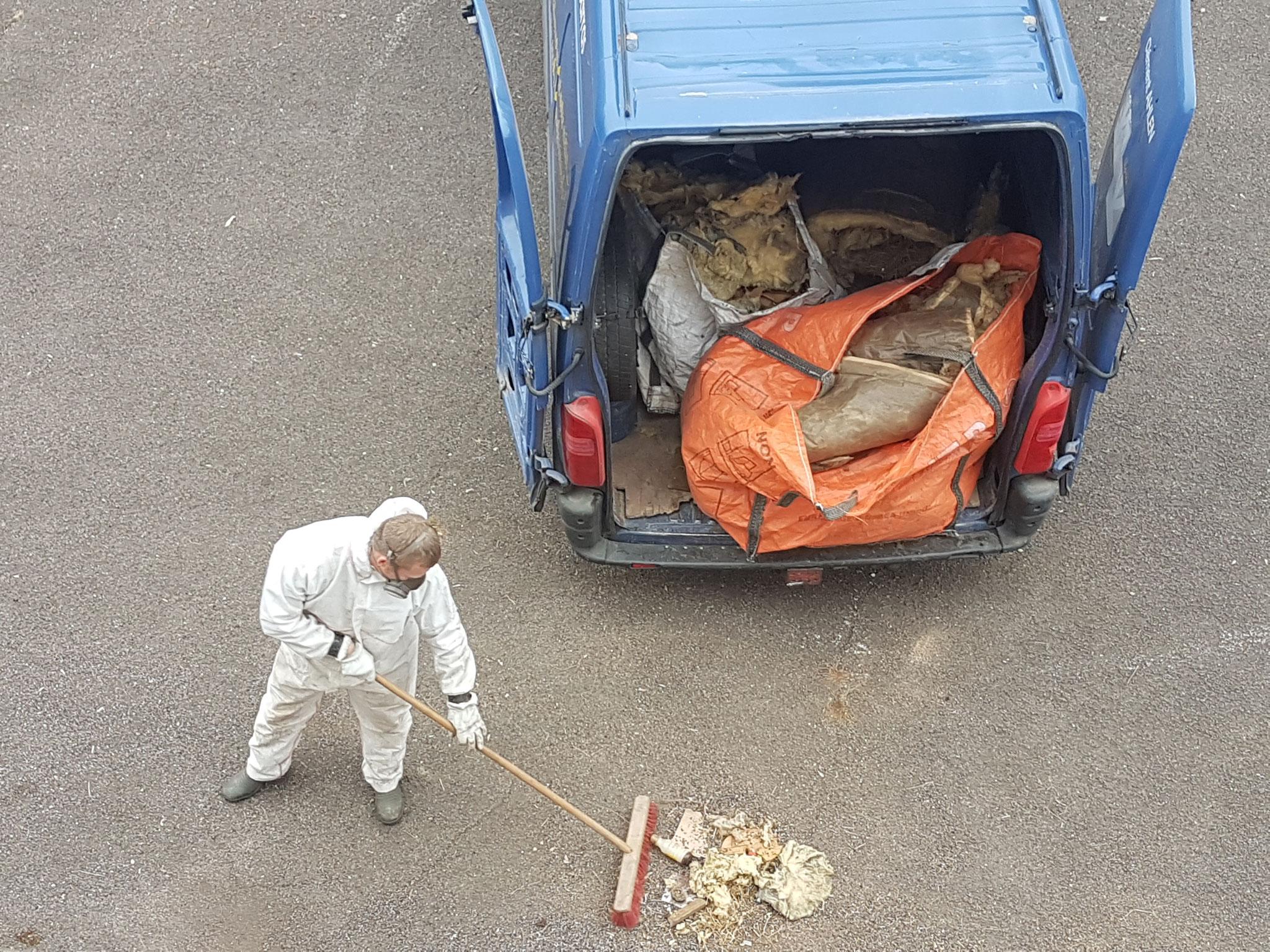 Débarras de laine de verre dans un grenier à Besançon