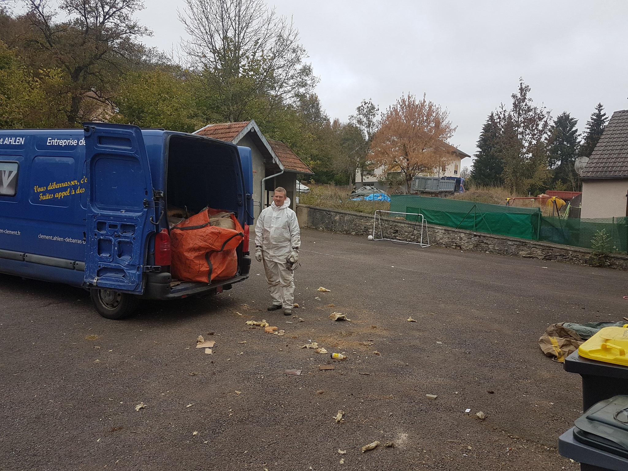 Evacuation de laine de verre dans un grenier à Besançon