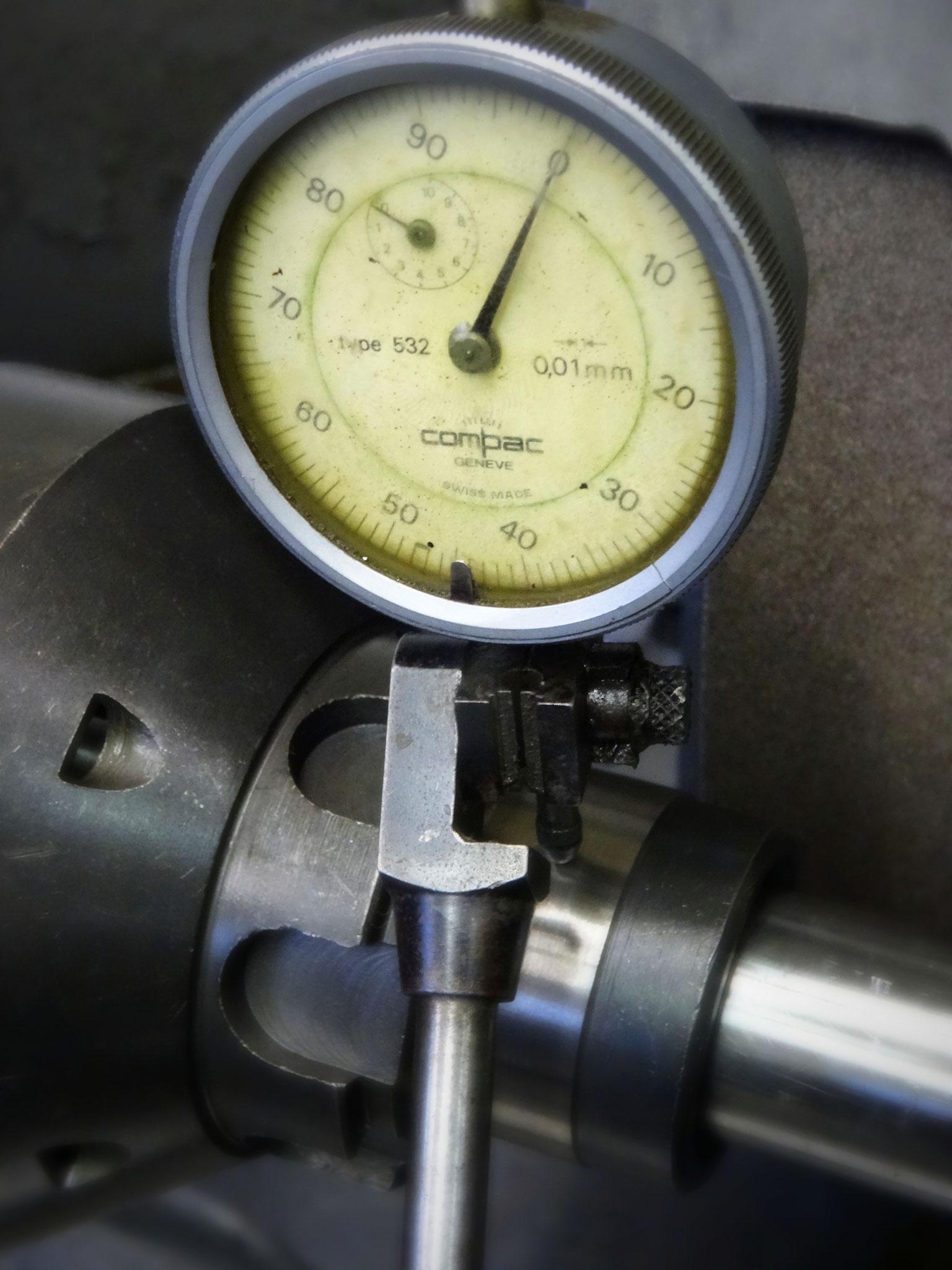 Rundlaufkontrolle auf der Schleifmaschine um mögliche Rundlauffehler vor der Hartverchromung zu korrigieren mittels Zentren schleifen
