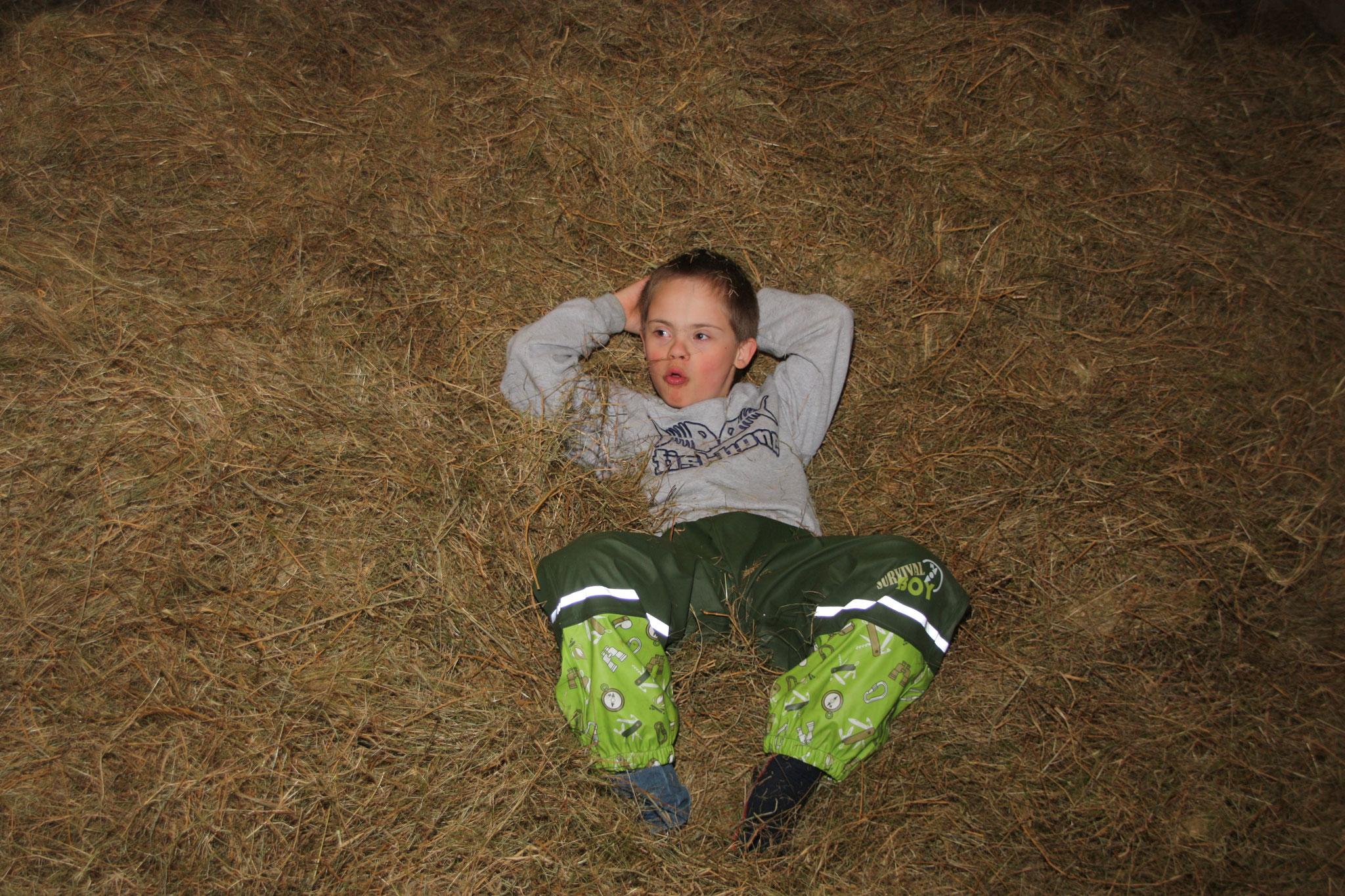 Die Kinder fühlen sich wohl im Heu. Foto: NABU Woldenhof