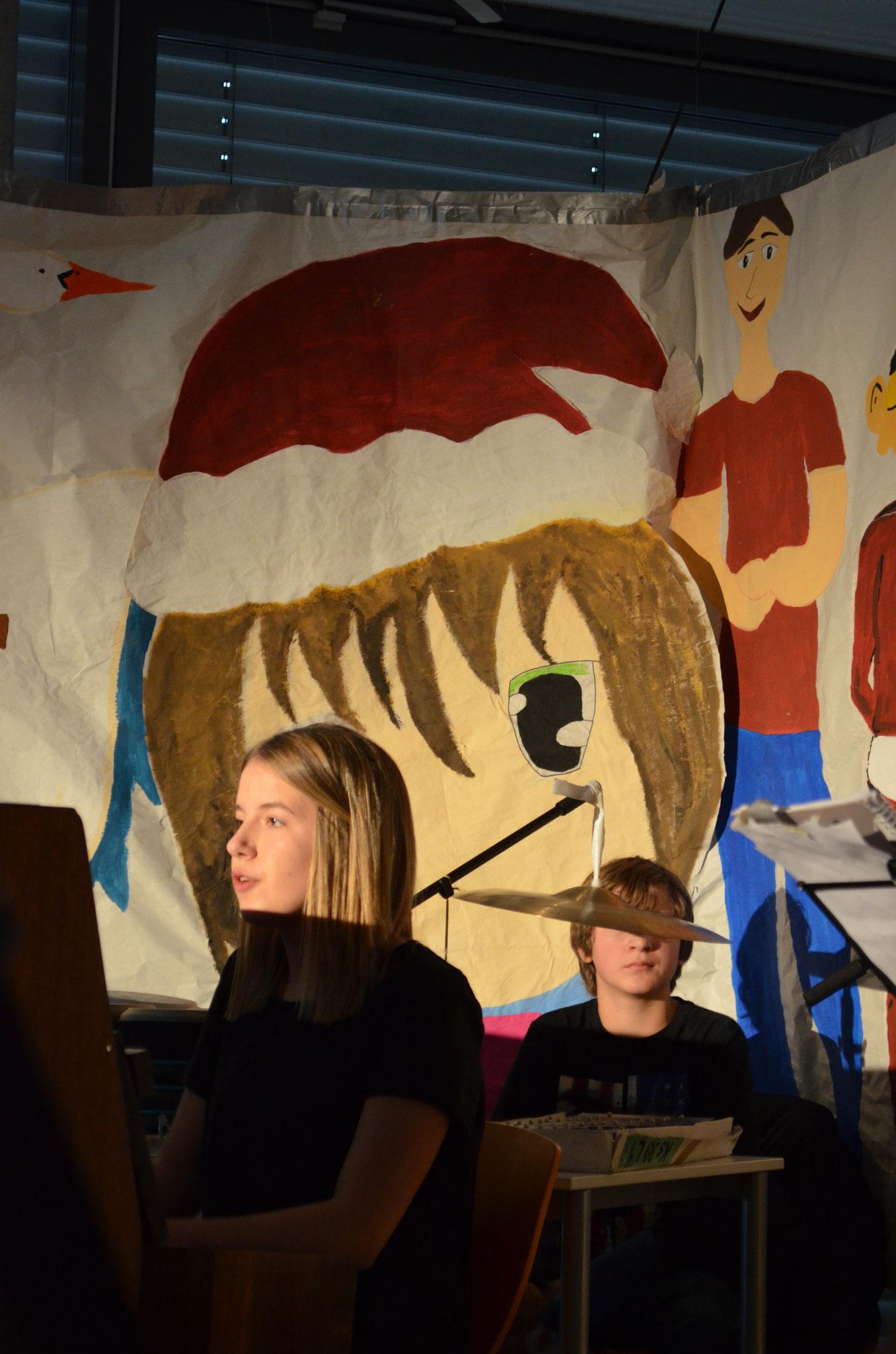 Gewohnt gekonnt begleitet Johanna am Klavier.
