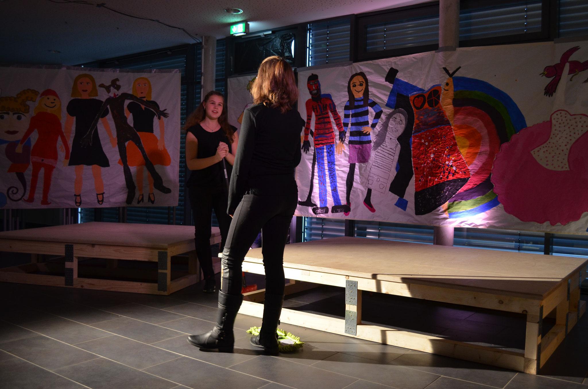 Das Bühnenbild wurde von den Akteuren unter Anleitung der Bühnenbildnerin Anita Fuchs und in Anlehnung an die eigenen Texte erstellt.