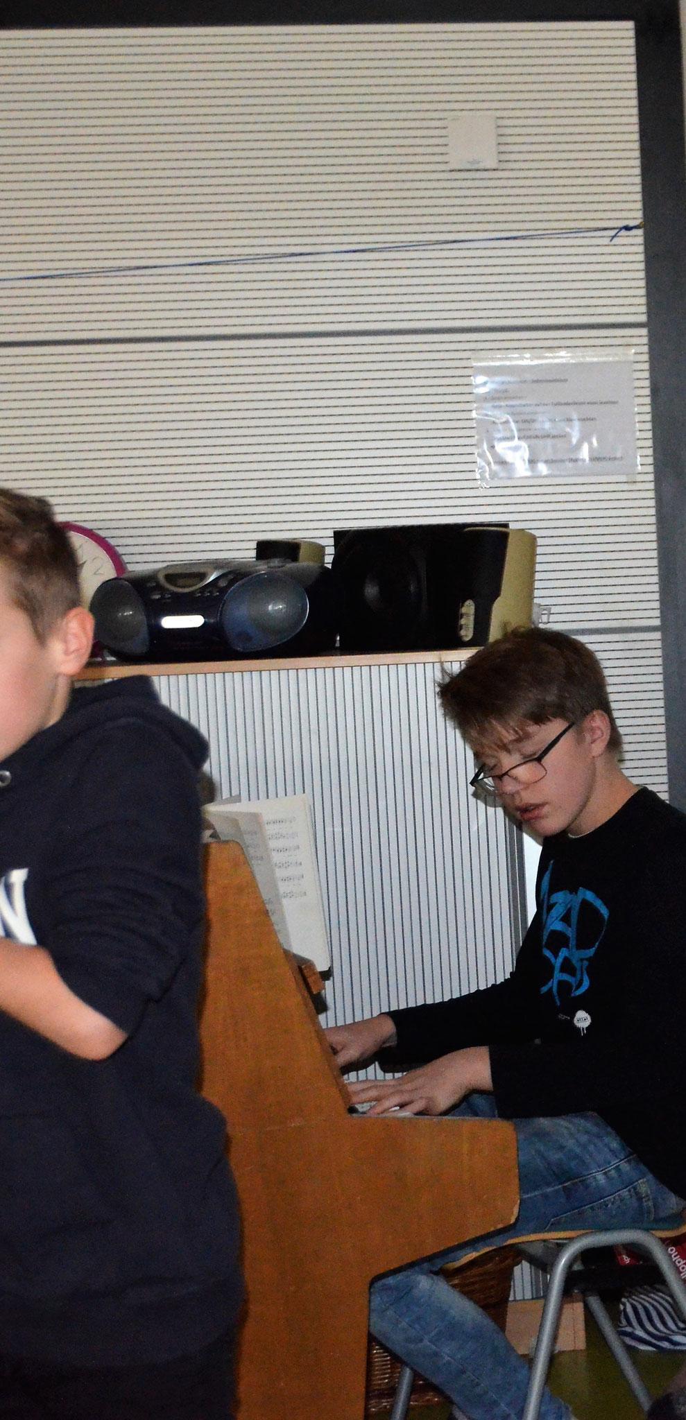 Oliver sorgt für Überraschung und reiht sich in die Gruppe der Klavierspieler ein.
