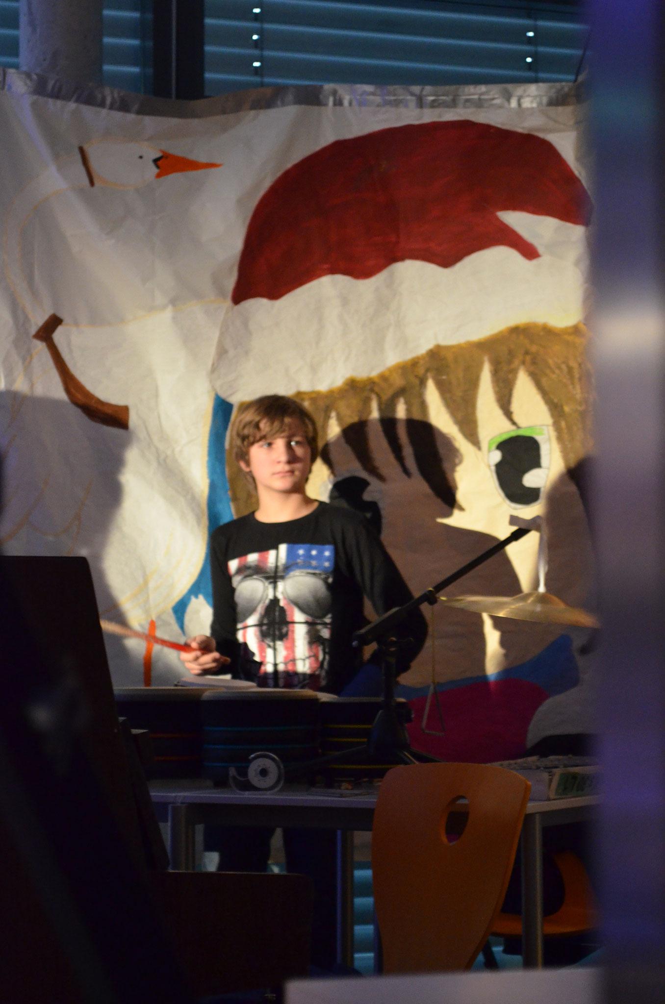 Trotz gebrochener Hand ist Joel am Schlagzeug eine große taktvolle Bereicherung.