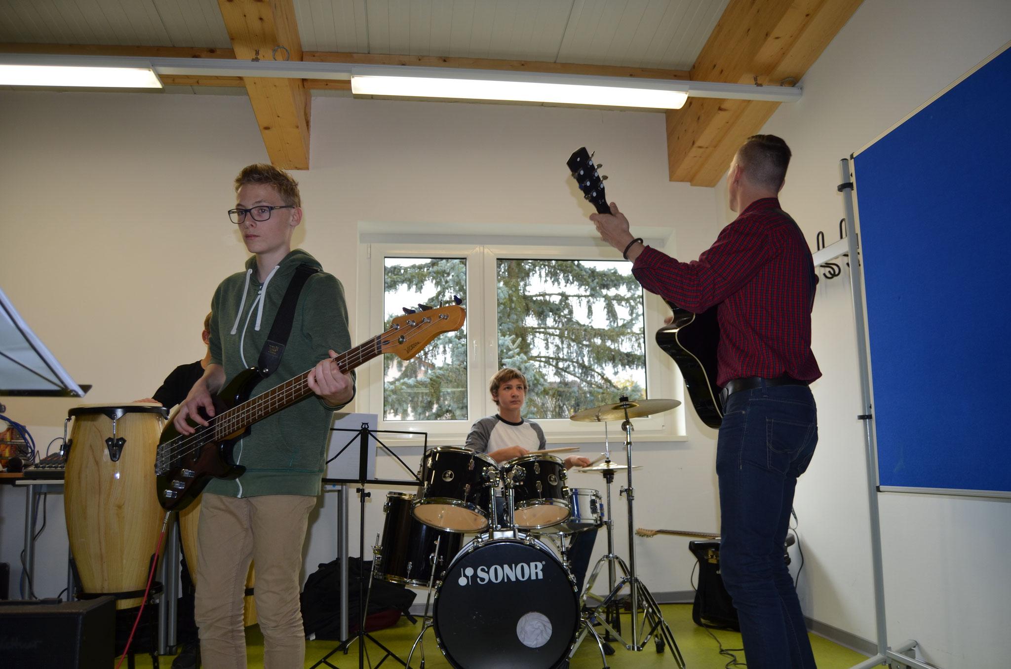 Neu gegründet und schon vier Titel im Repertoire - so präsentierte sich die erste öffentliche Probe der neuen Schülerband.