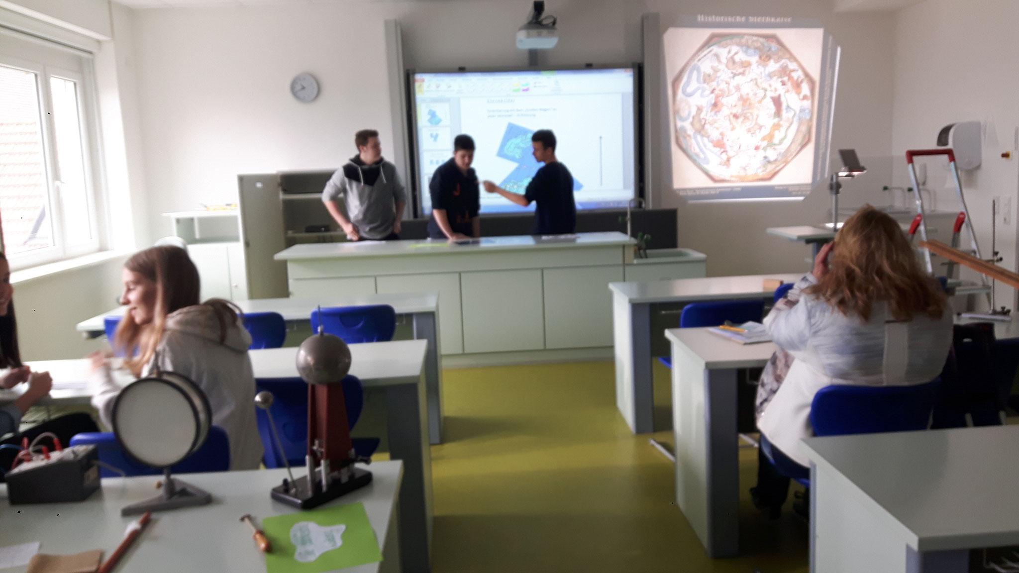 Bis in astronomische Weiten führten passende Schülervorträge.