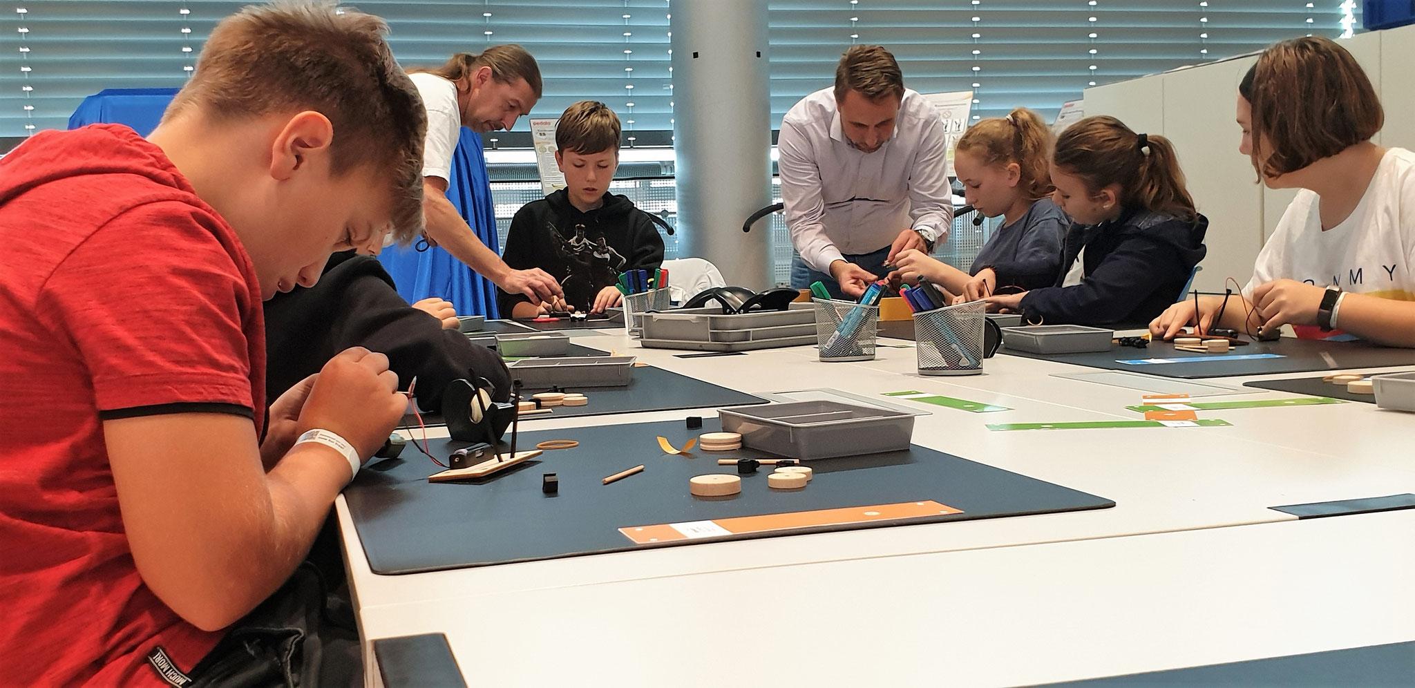 Besuch der Gläsernen Manufaktur mit Bau eines eigenen Elektroautos