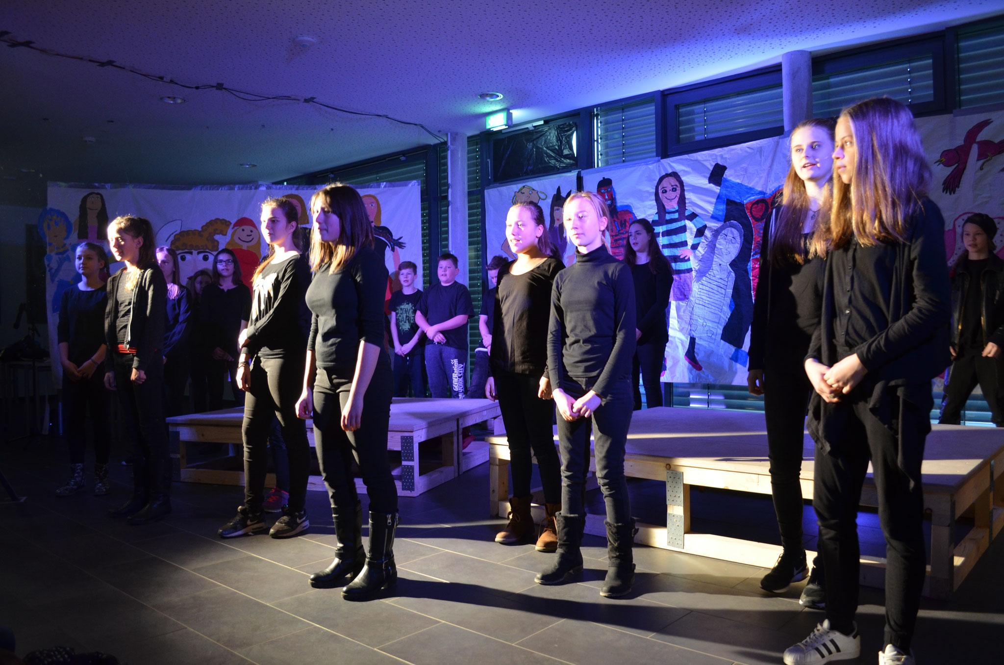 Der neu enstandene Chor prägt das Musiktheaterstück.