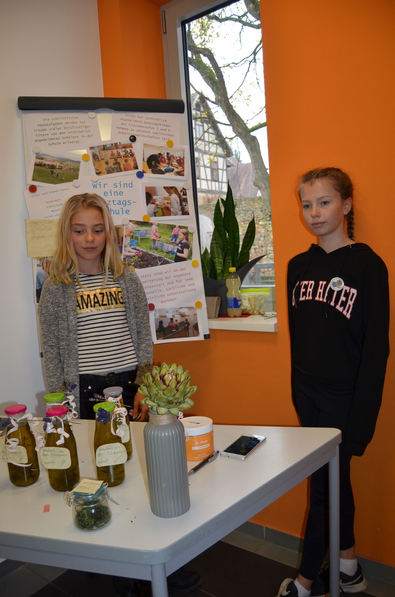 Laura und Nele haben sich über den Ganztag hinaus mit der Herstellung und Vermarktung des Kräuteröls mit Zutaten aus dem Schulgarten verdient gemacht.