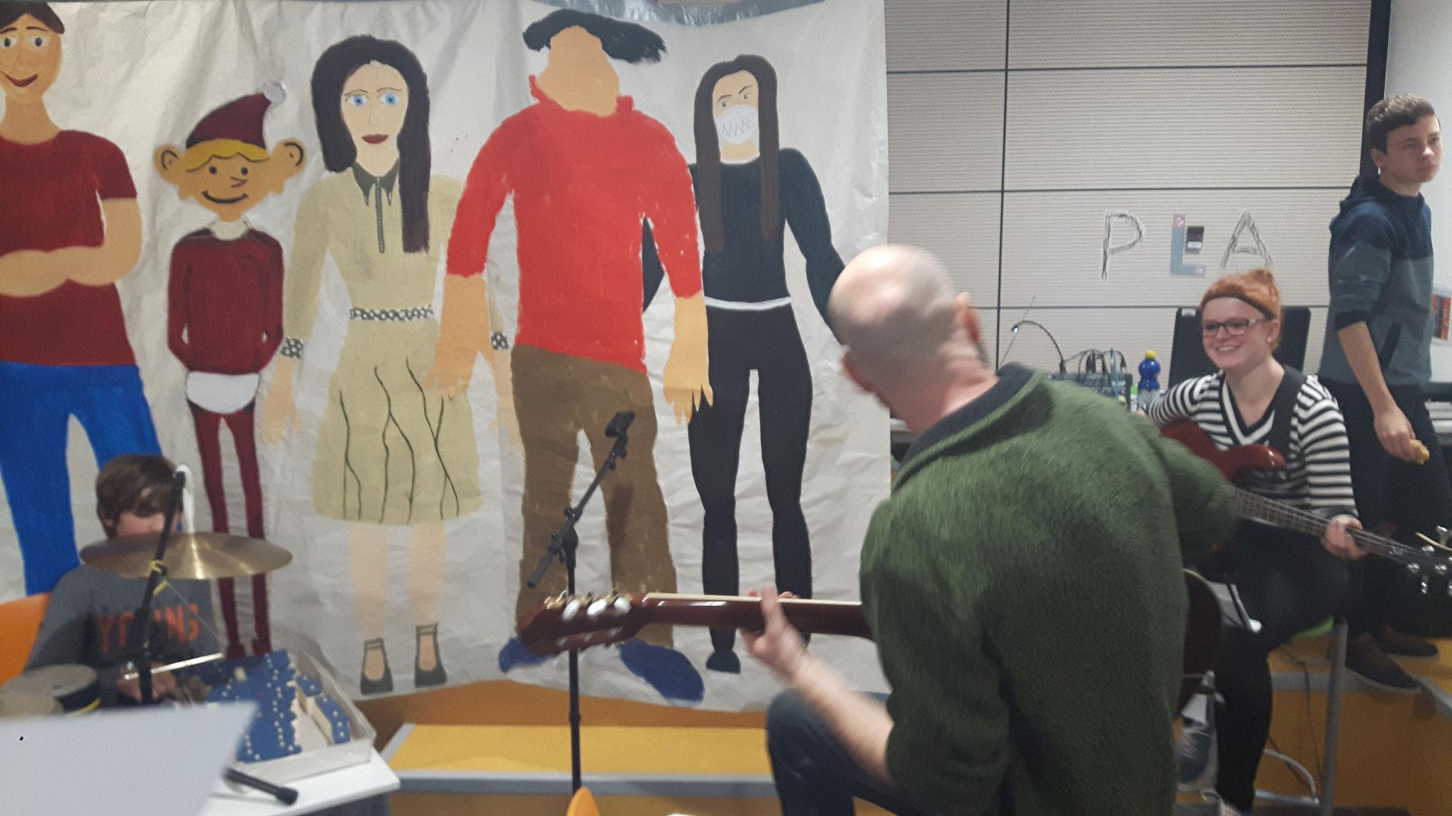 Marie erlernte in nur einer Woche vom Musiker Stefan Groß die wichtigsten Griffe, um auf der Bassgitarre zu begleiten.