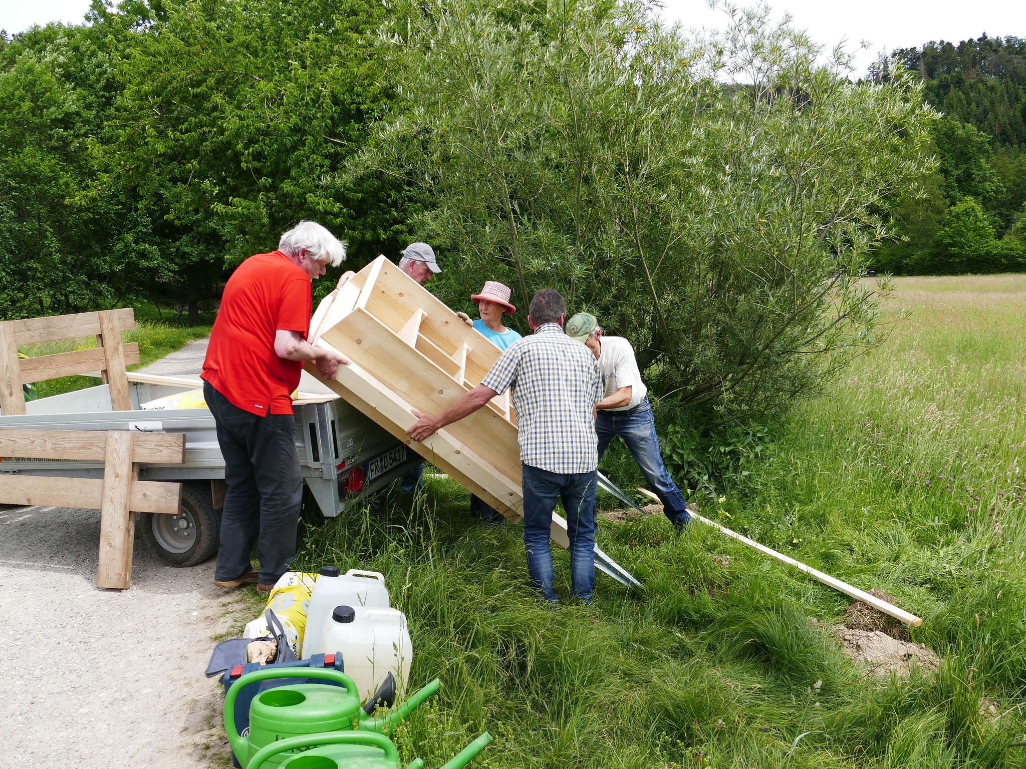 Aufbau einer neuen Bienen-Nisthilfe