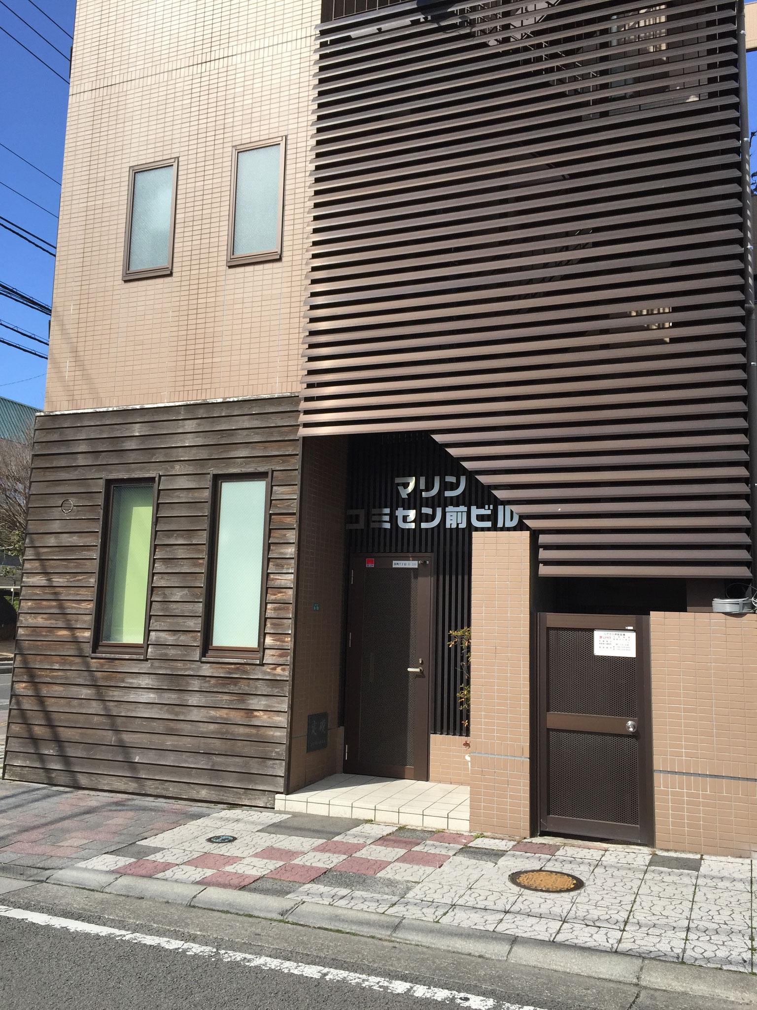 建物の南側に入り口があります。