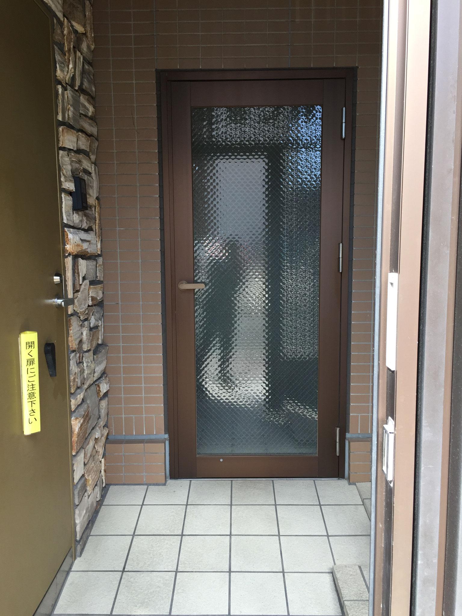 ドアを開けると右側に階段、2つ目のドアを開けると、エレベーターがあります。2Fへどうぞ。