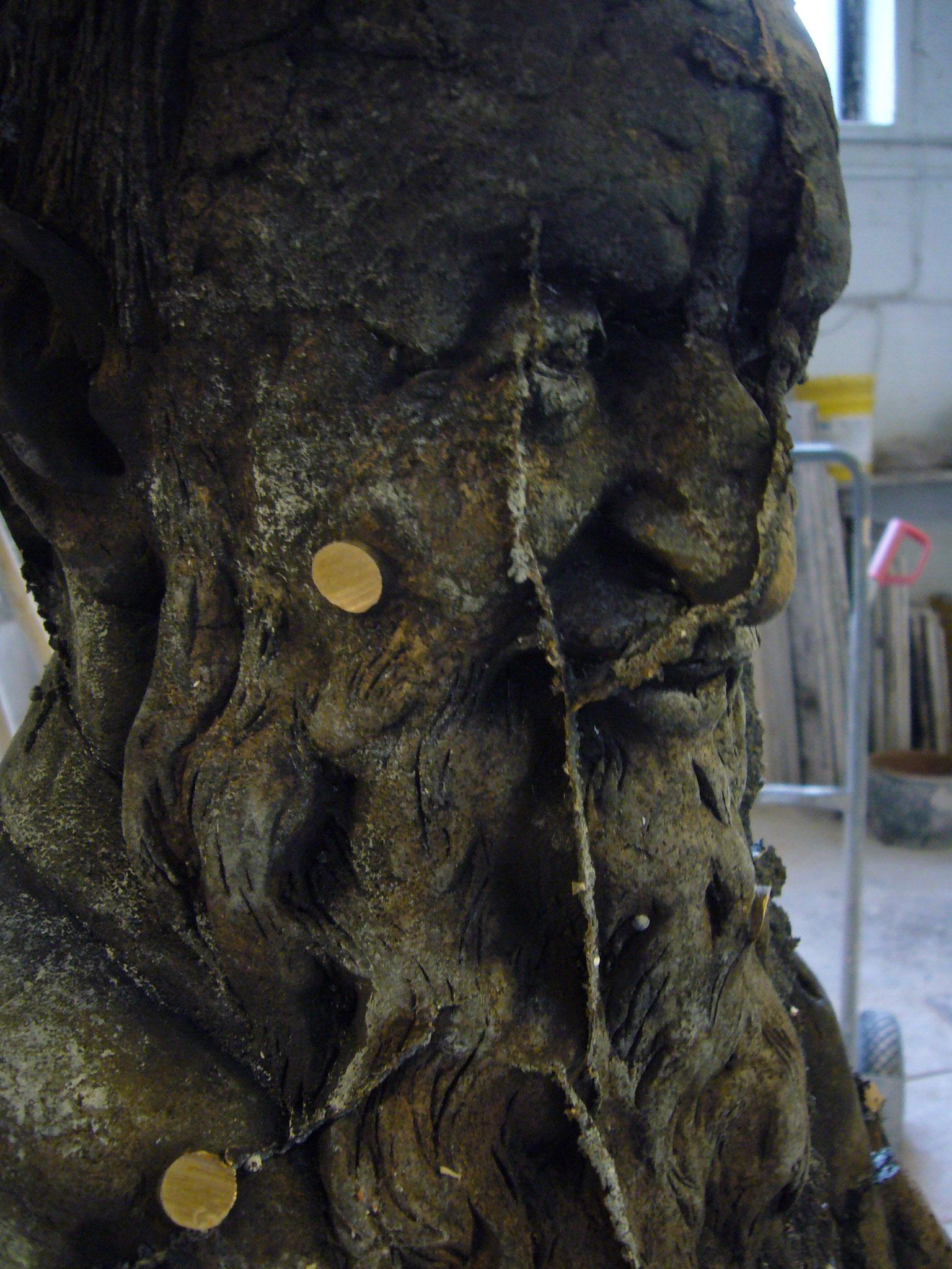 Bronzefigur sitzender Pater - unbearbeiteter Rohguss