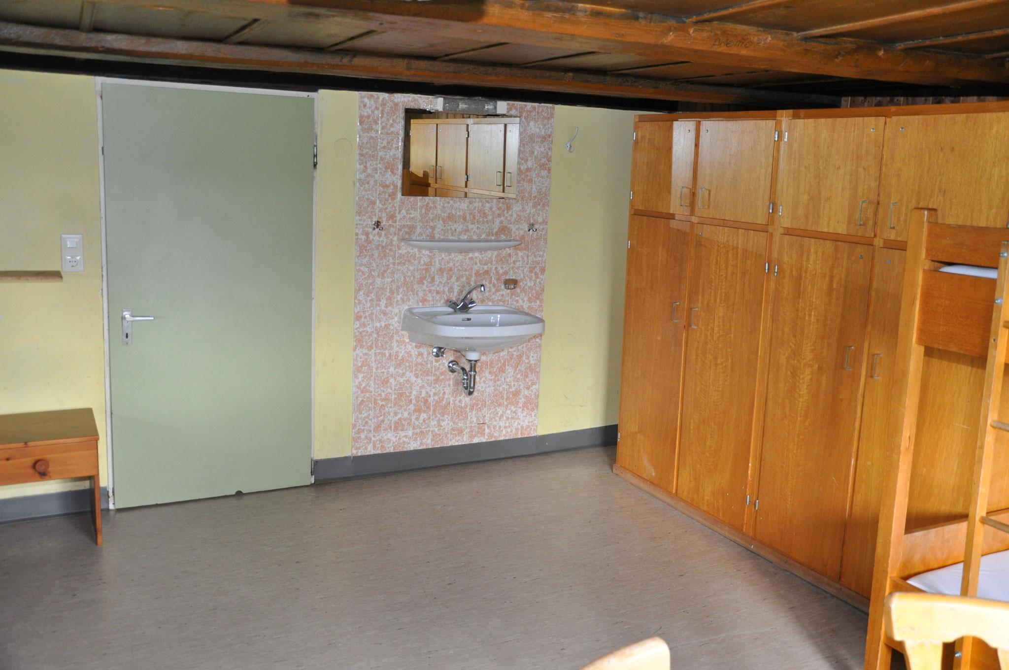 gleiches Zimmer mit Sicht auf Tür und Waschbecken