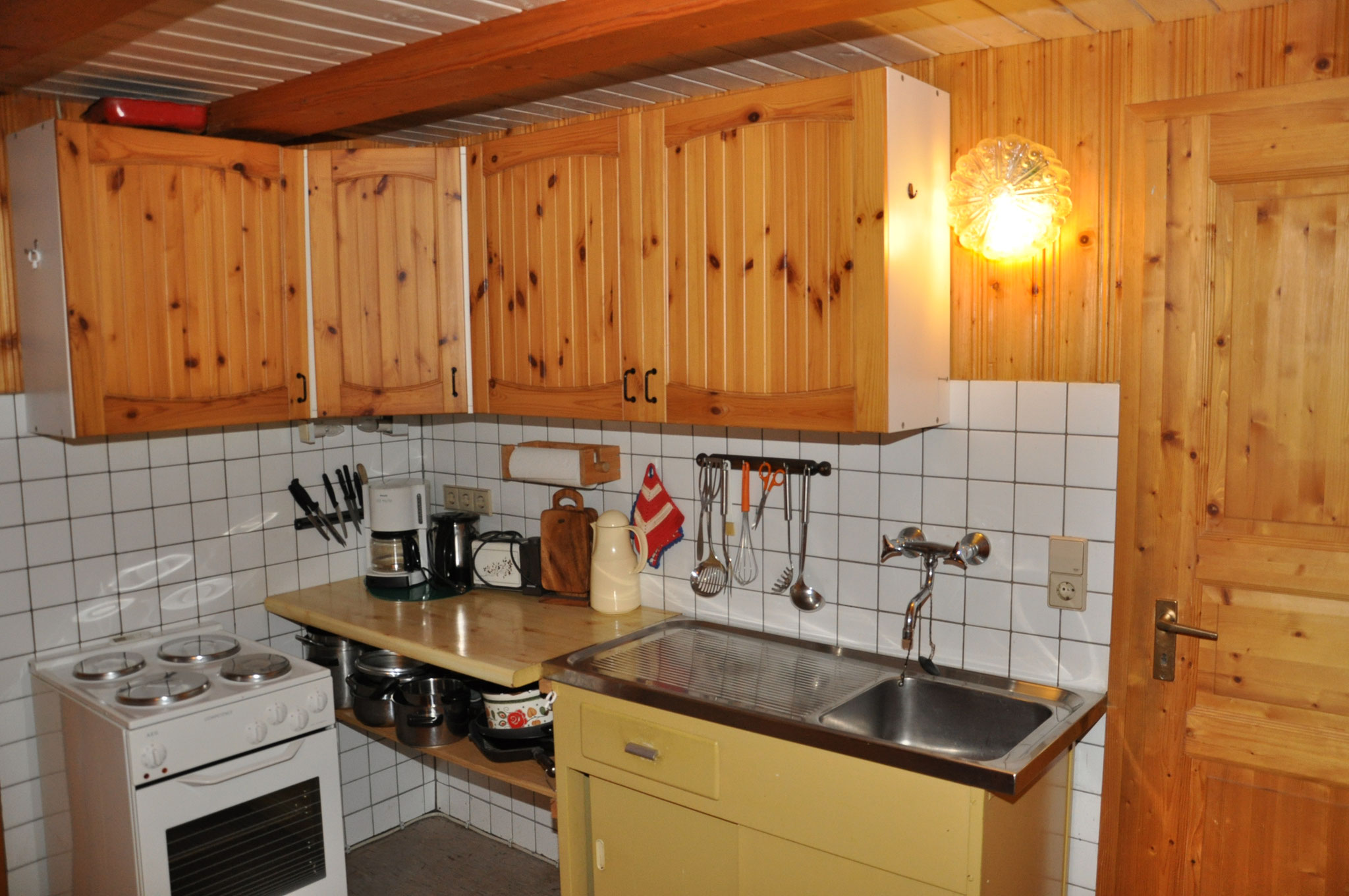 Küchenbereich mit Spüle und Herd