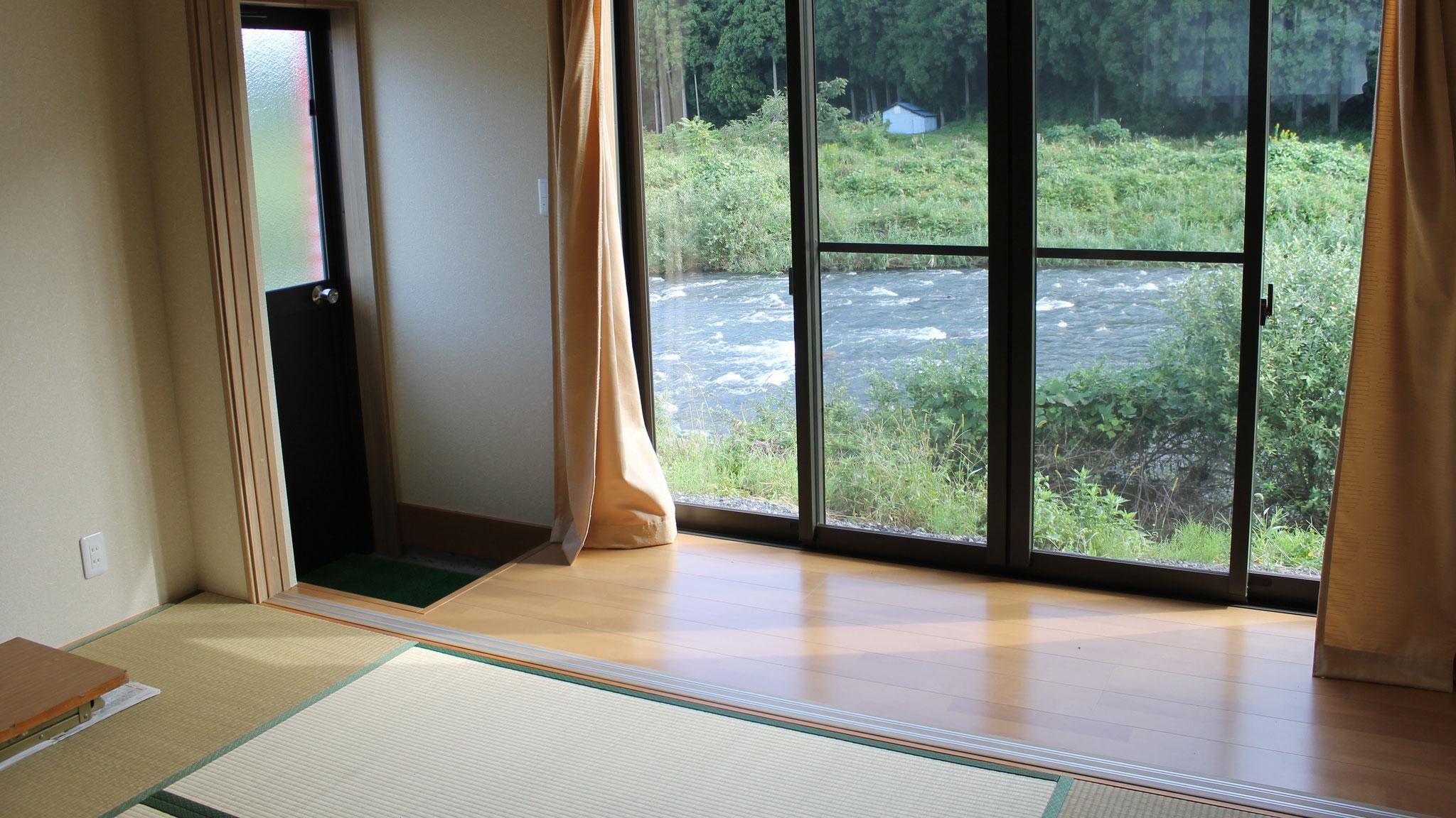 目の前には日野川を望める畳の休憩室
