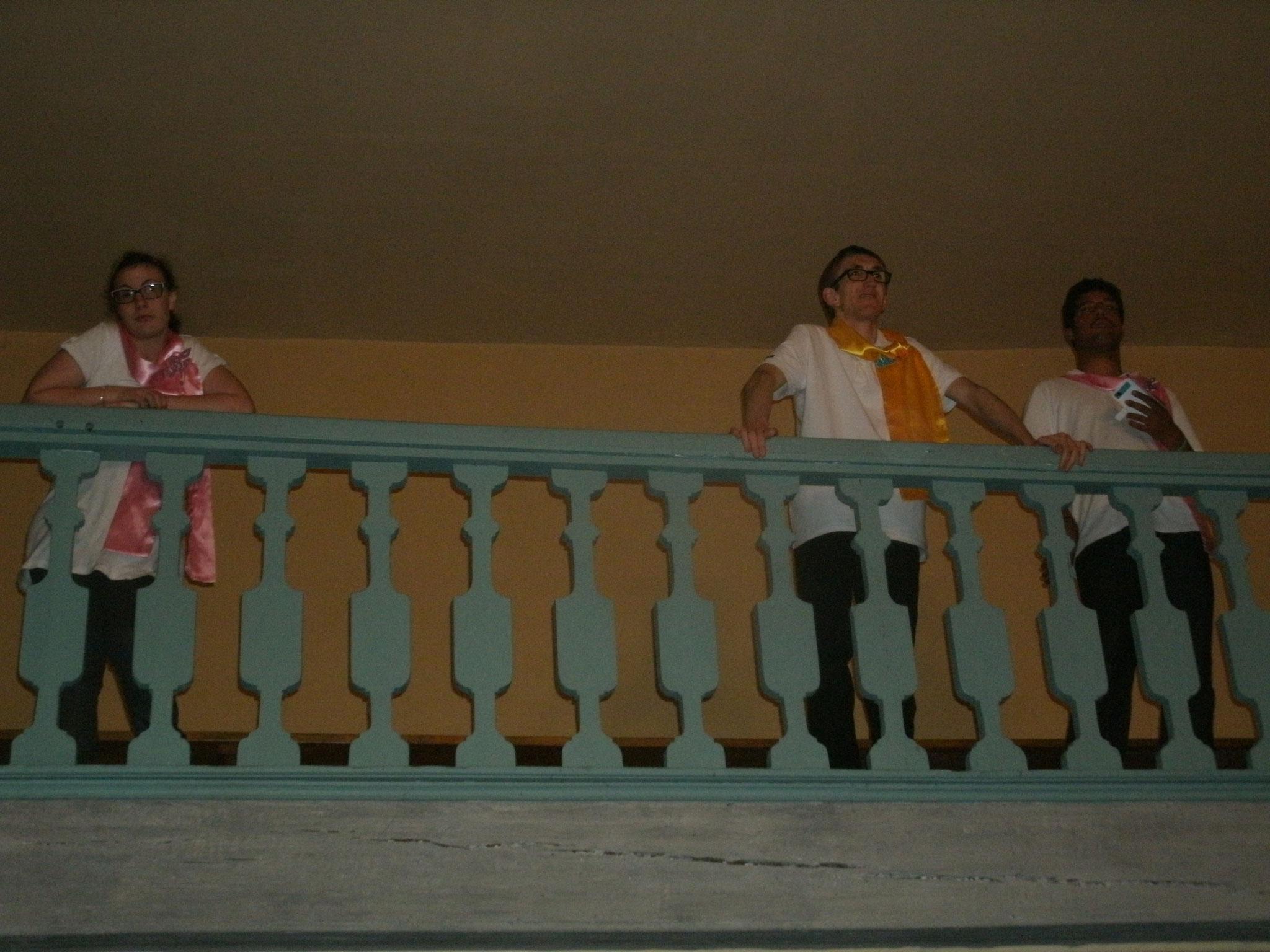 Laura,Simon et Jérémy écoutent la chorale Barba'chante