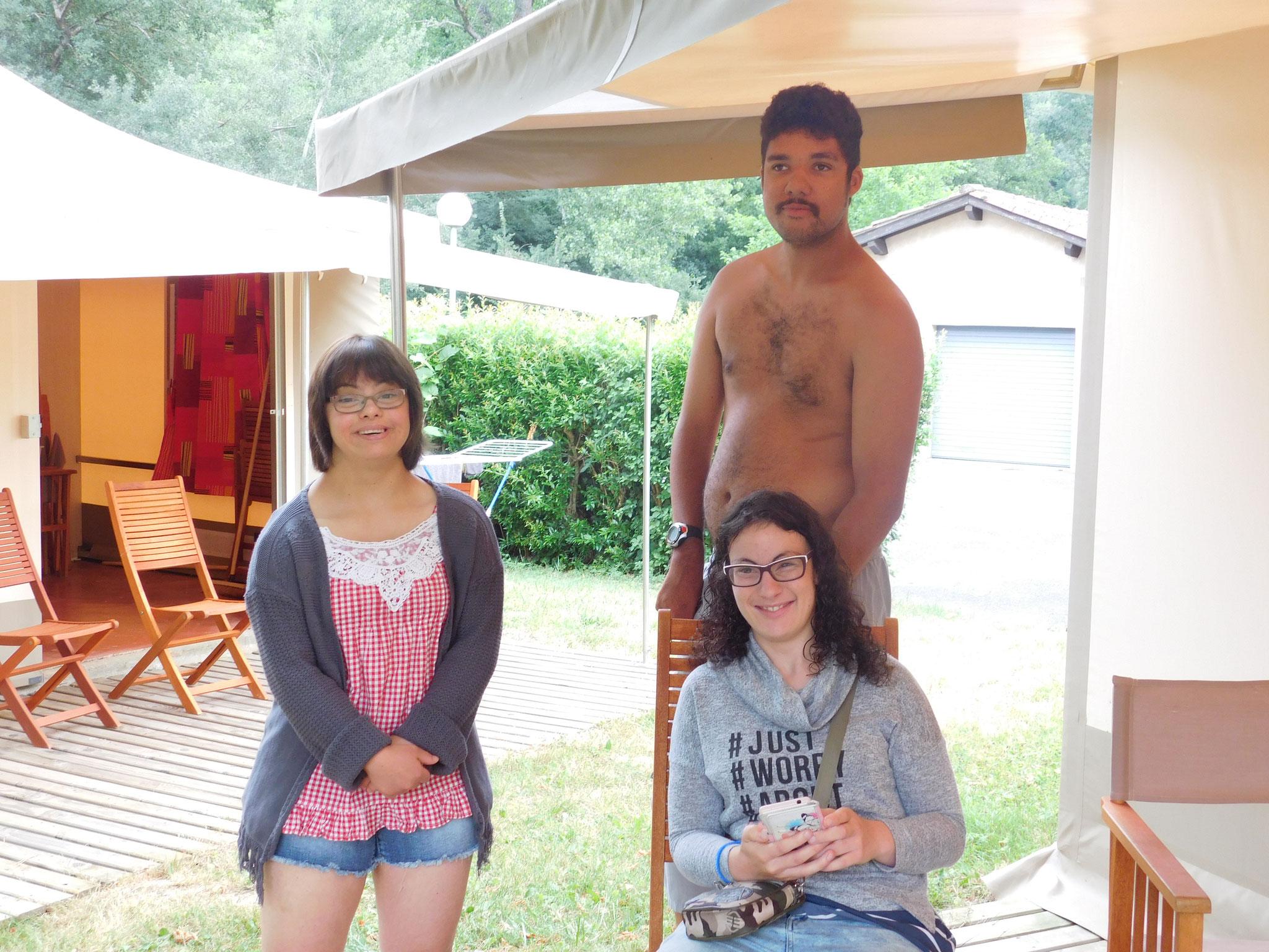 Laura,Mélanie et Jérémy sur la terrasse de la tente