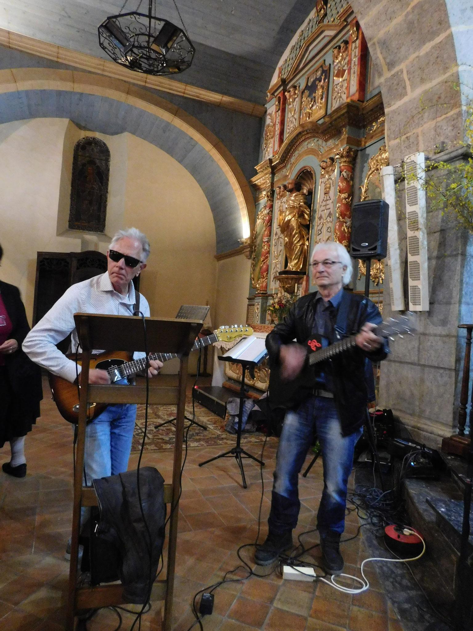 Nos deux guitaristes ,Jacques et Patrick,jouent leur dernier morceau.