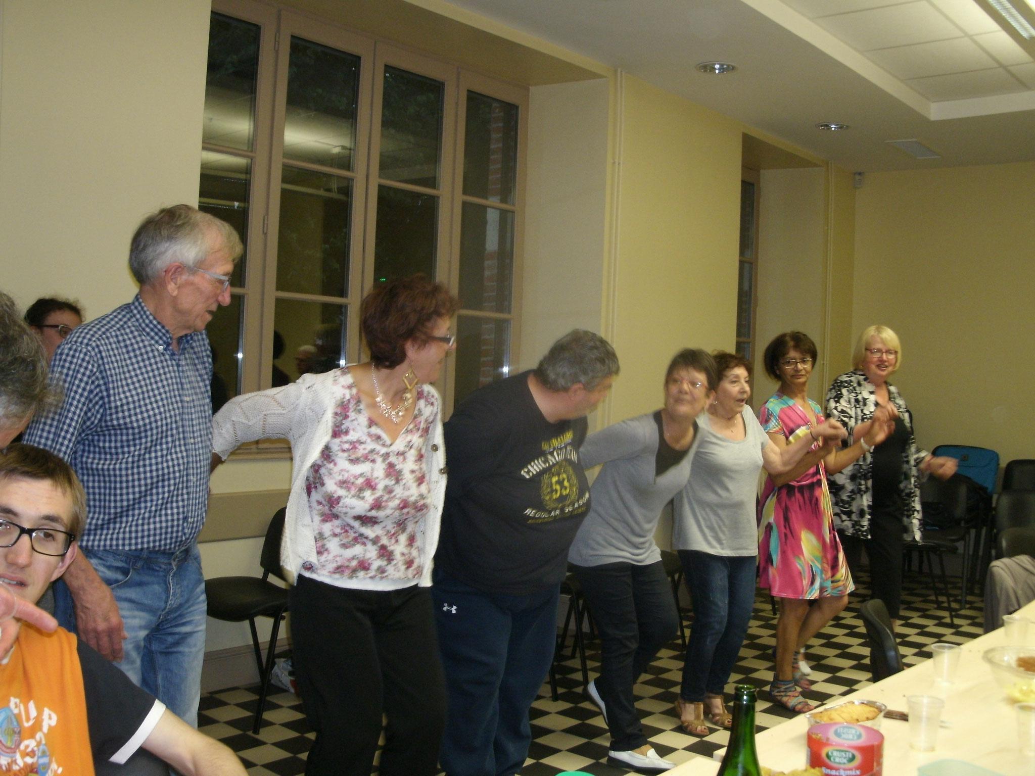 Quelques-uns dansent sur l'air de la Jument de Michao