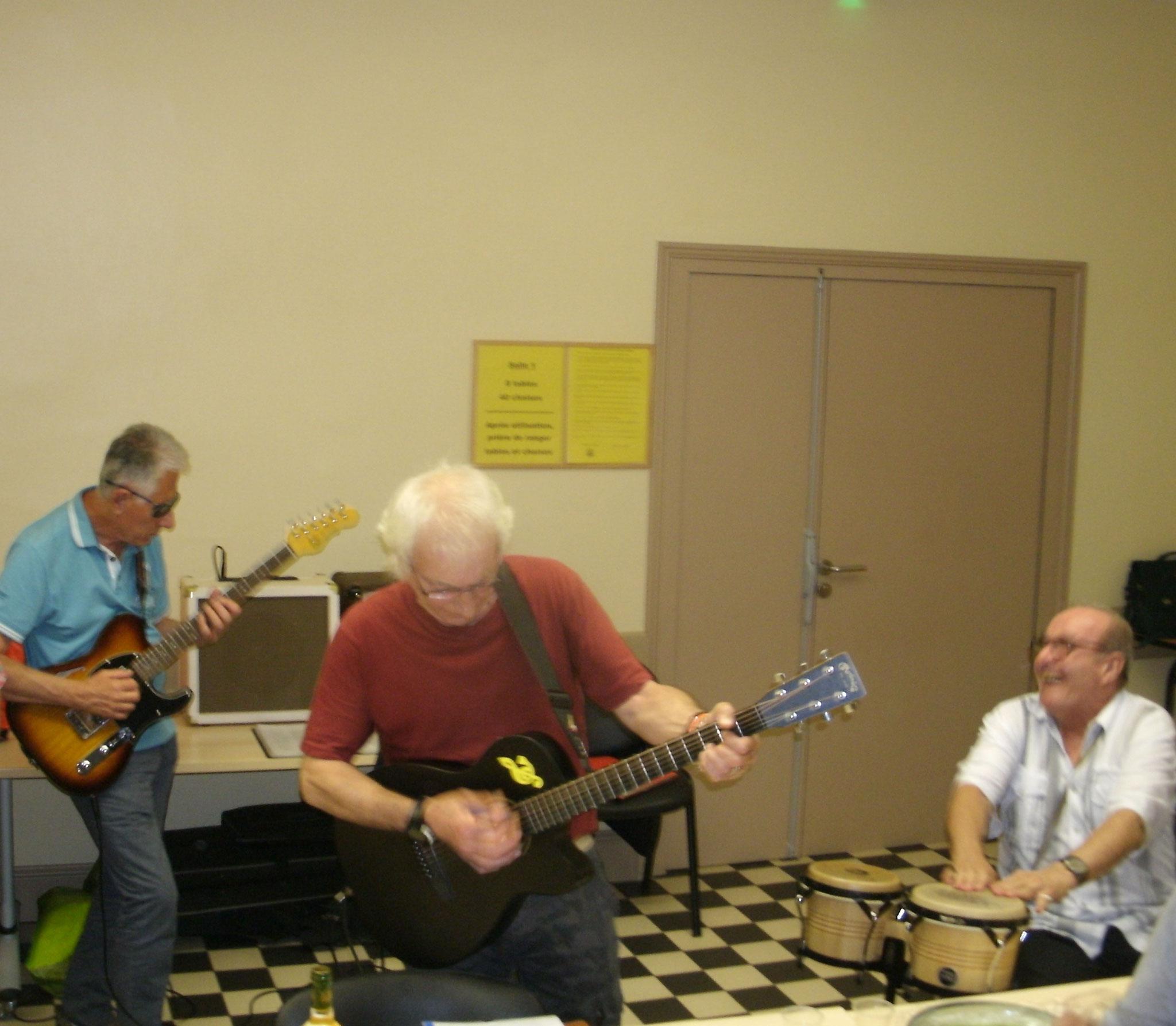 Nos trois musiciens jouent ensemble pour notre plus grand bonheur,