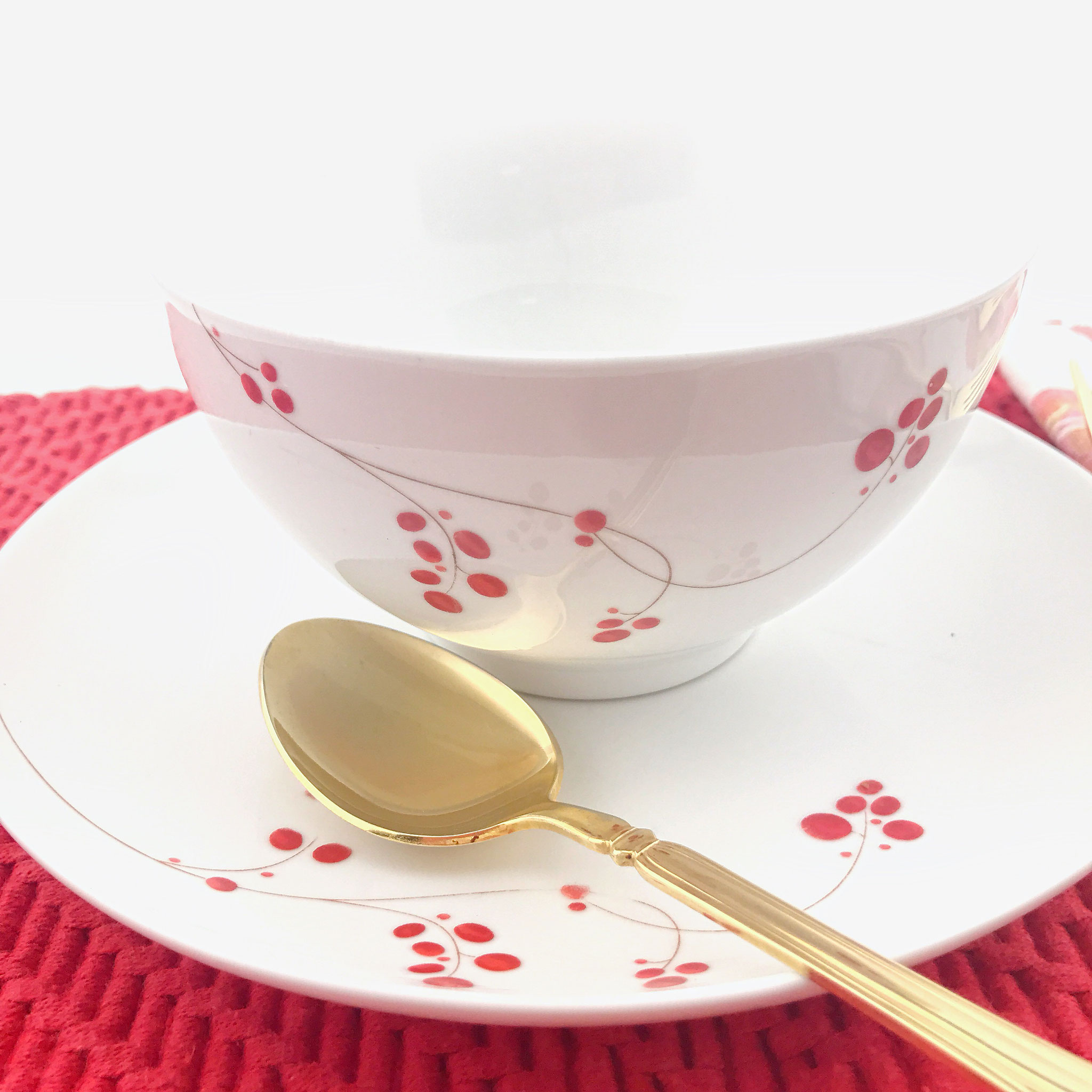 Gold Flatware Brings Unexpected Elegance To The Dinner Table Tupperware Classy Red Collection It Also Can Mean A Daily Dose Of When Eating Cold Leftovers Out Plastic Containers