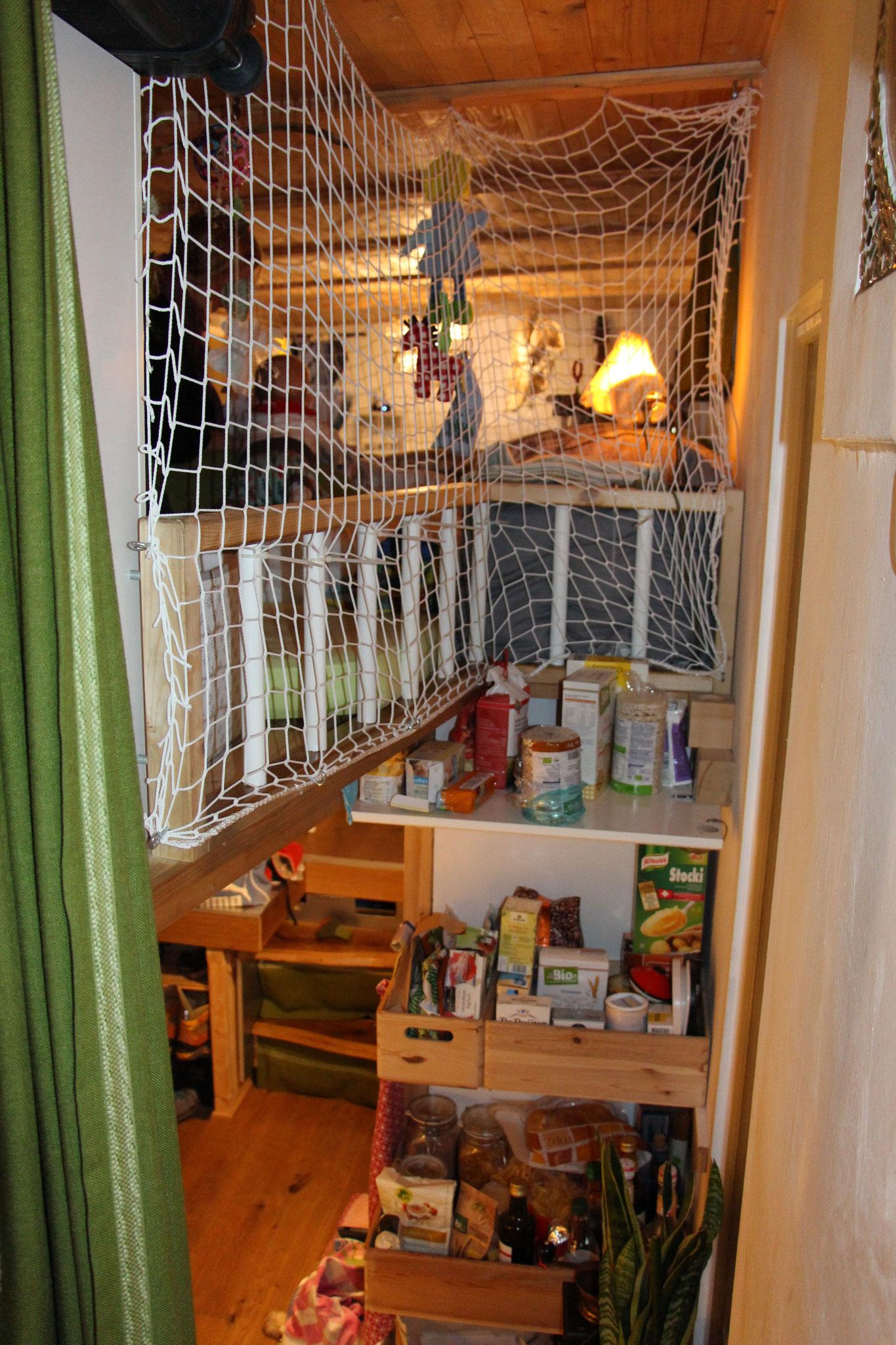 Zusätliches Fach im Küchenregal und Sicherheitsnetz für die kleine Krabbel-Maus