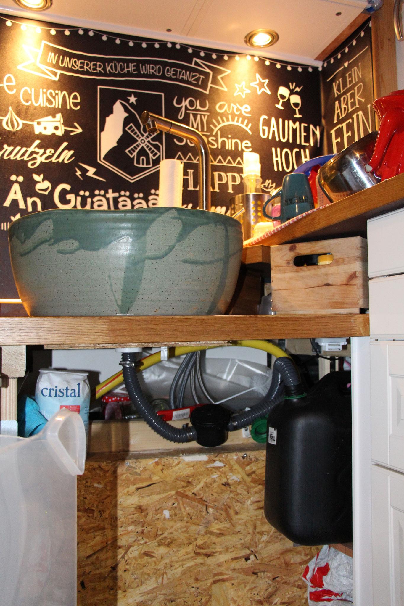 Der kleine Küchenabwassertank muss ab und zu gereinigt werden...