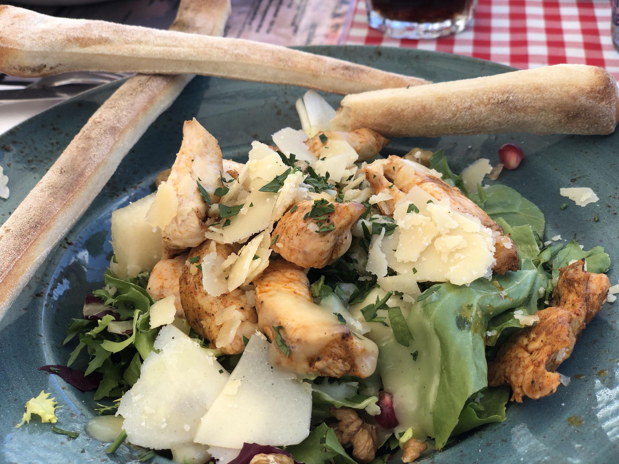 Cesars-Salad mit gegrilltem Hähnchenfleisch