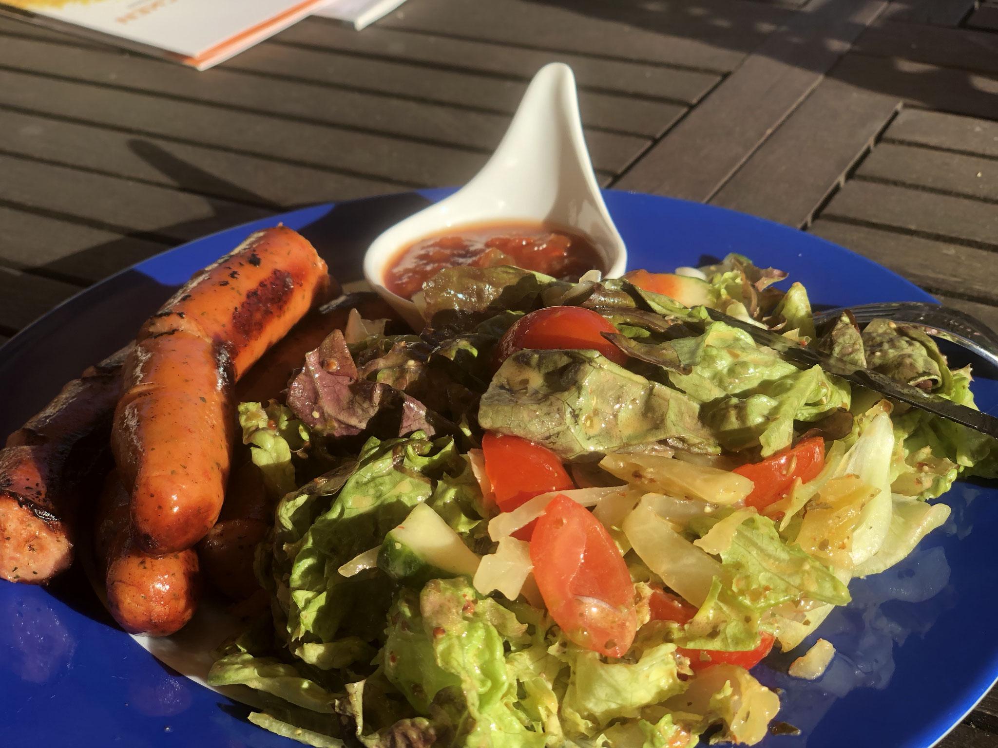 Krakauer mit Salat und fermentierter Salatsauce