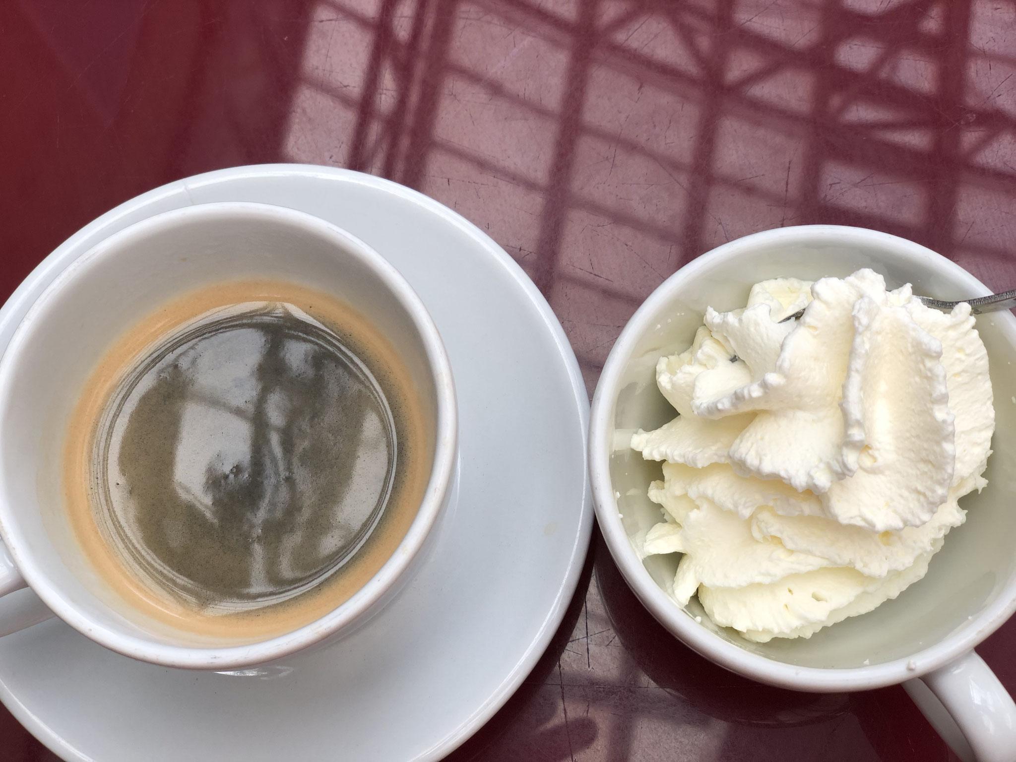 Espresso mit Schlagsahne