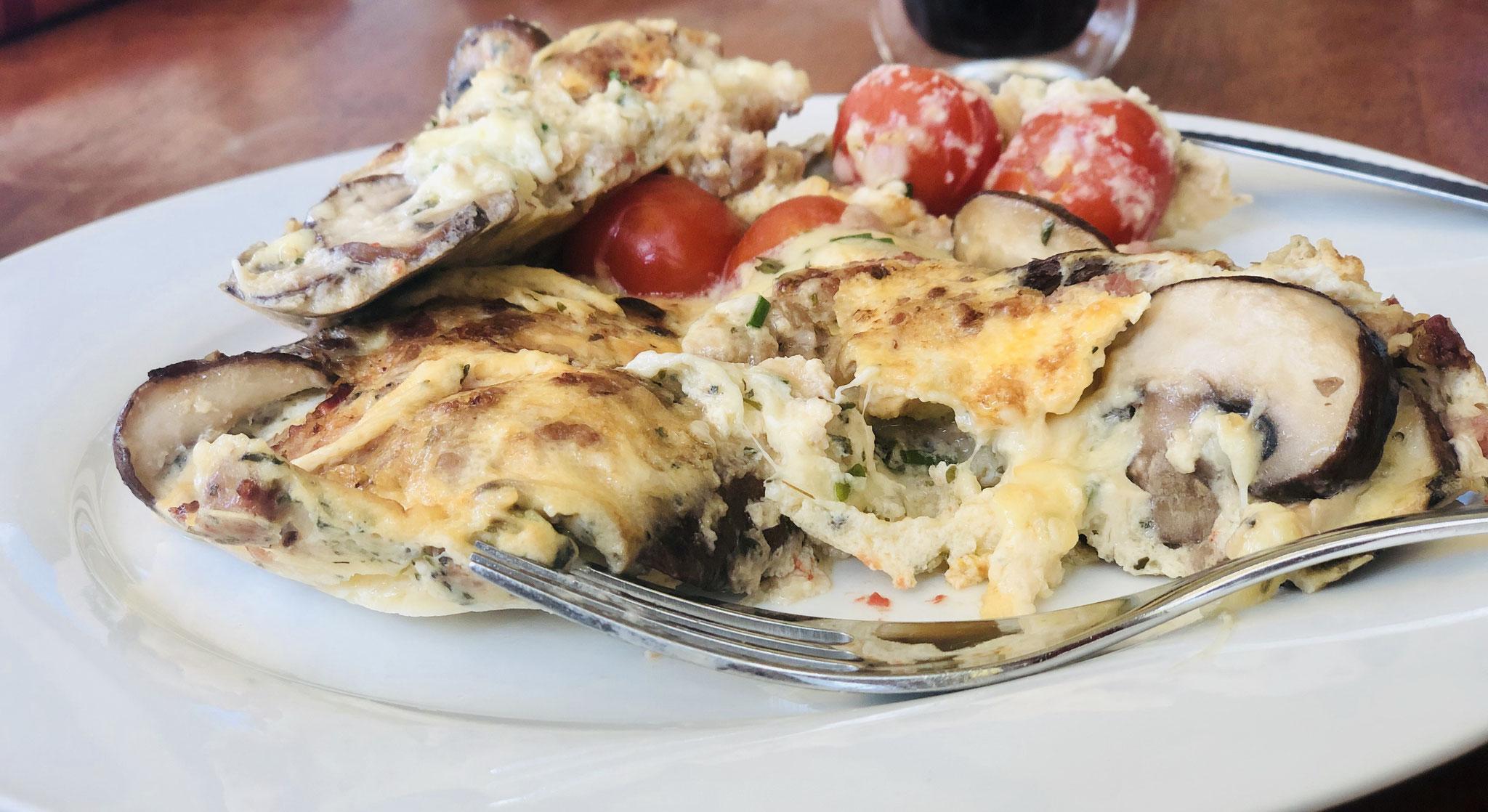 Frittata mit Pilzen und Tomaten, frischen Kräutern und Käse